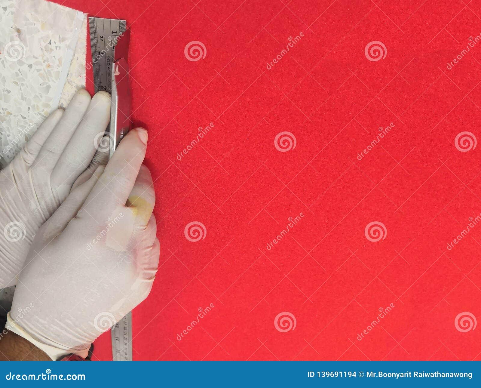 Εγκαταστήστε και επισκευάστε, κόκκινο χαλί με τη λεπίδα έννοια κτηρίου και σπιτιών