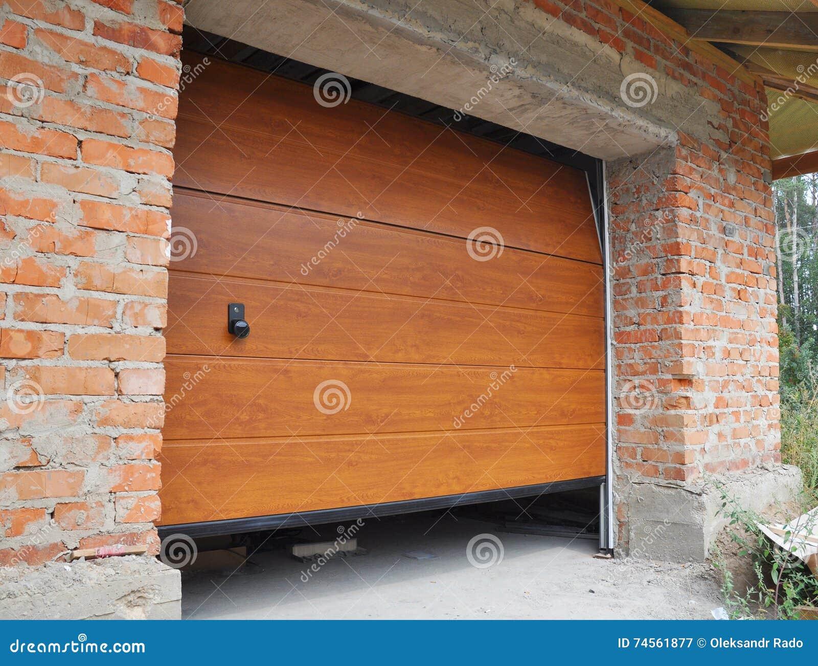Εγκαταστήστε την πόρτα γκαράζ καινούργιων σπιτιών Εγκατάσταση πορτών γκαράζ