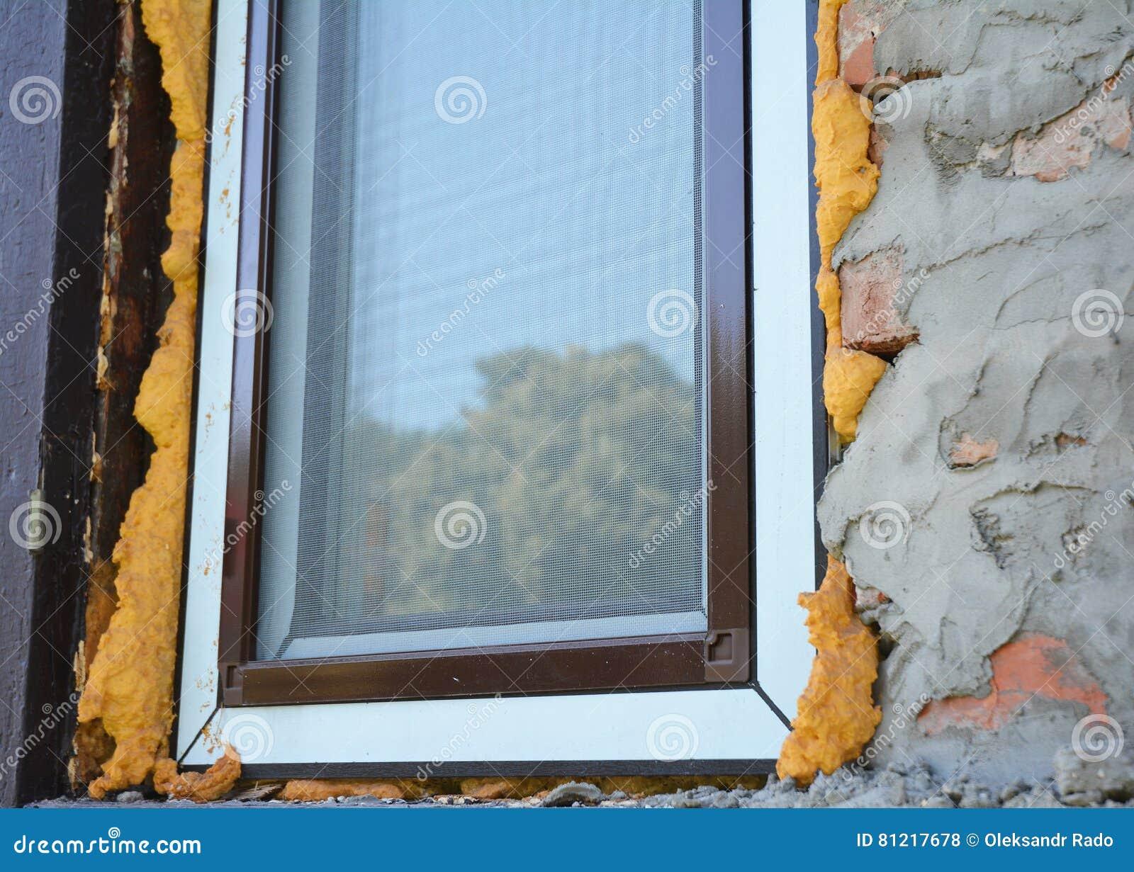 Εγκαταστήστε τη μόνωση παραθύρων με τον αφρό Μια καθαρή προστασία προσφορών παραθύρων κουνουπιών