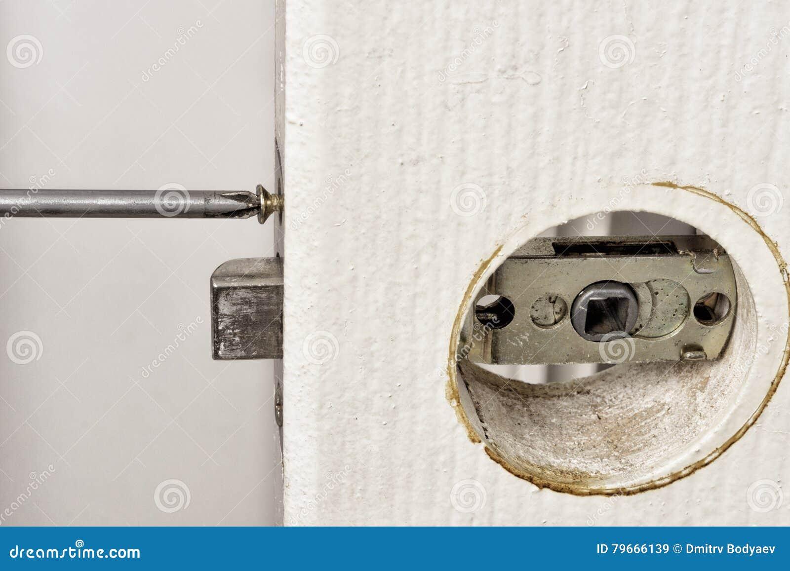Εγκαταστήστε το σύρτη με ένα κατσαβίδι στην πόρτα