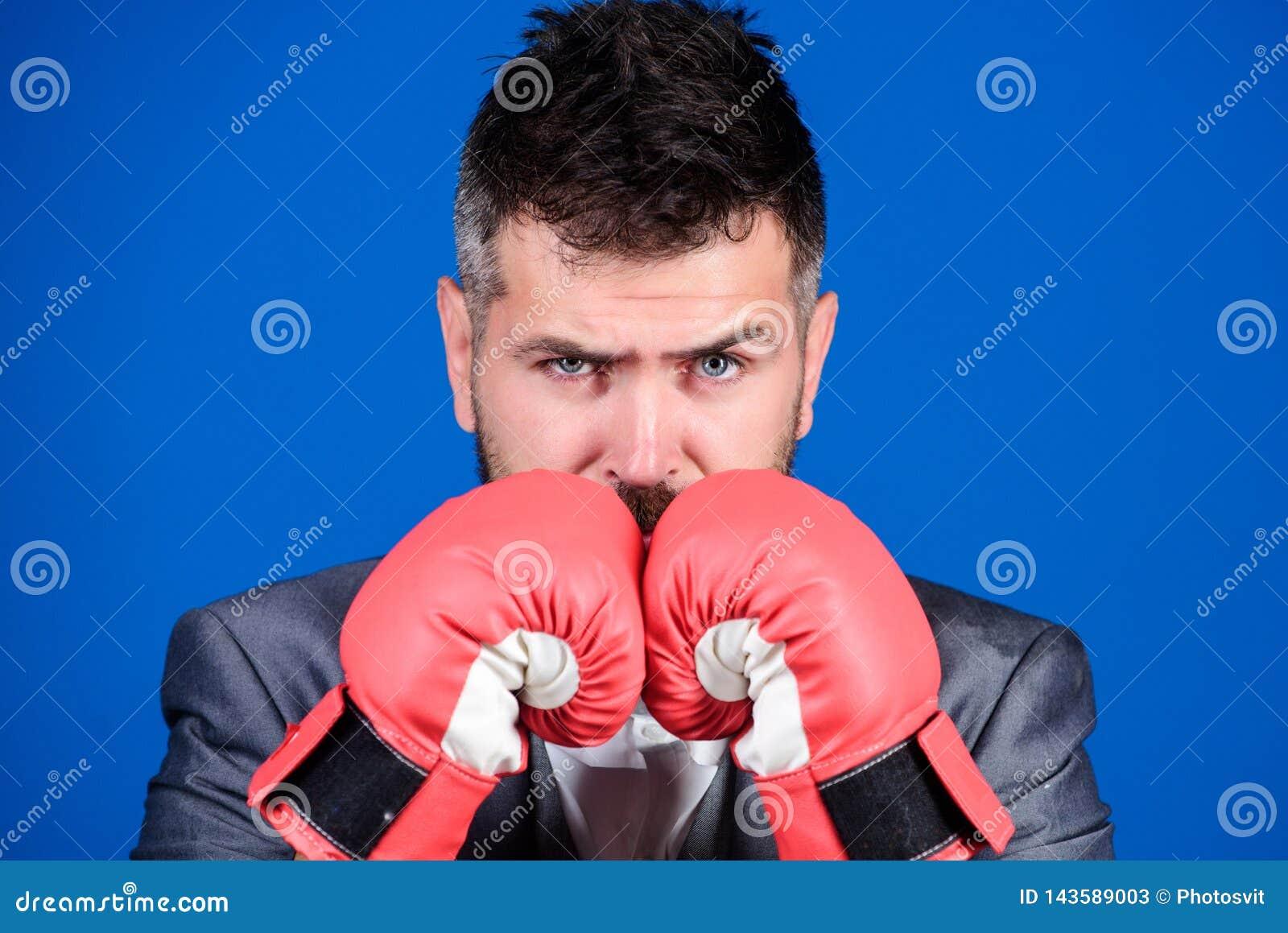 Εγκληματικός αμυντικός δικηγόρος που προγραμματίζει έξω τις στρατηγικές Εγκιβωτίζοντας γάντια ένδυσης επιχειρηματιών Καλύτερες εγ