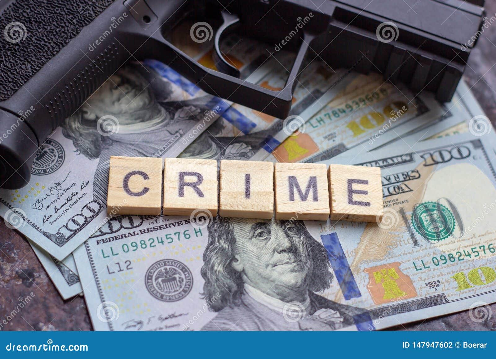 Εγκληματικό σημάδι και μαύρο πυροβόλο όπλο στο υπόβαθρο αμερικανικών δολαρίων Μαύρη αγορά, δολοφονία συμβάσεων, μαφία και έννοια