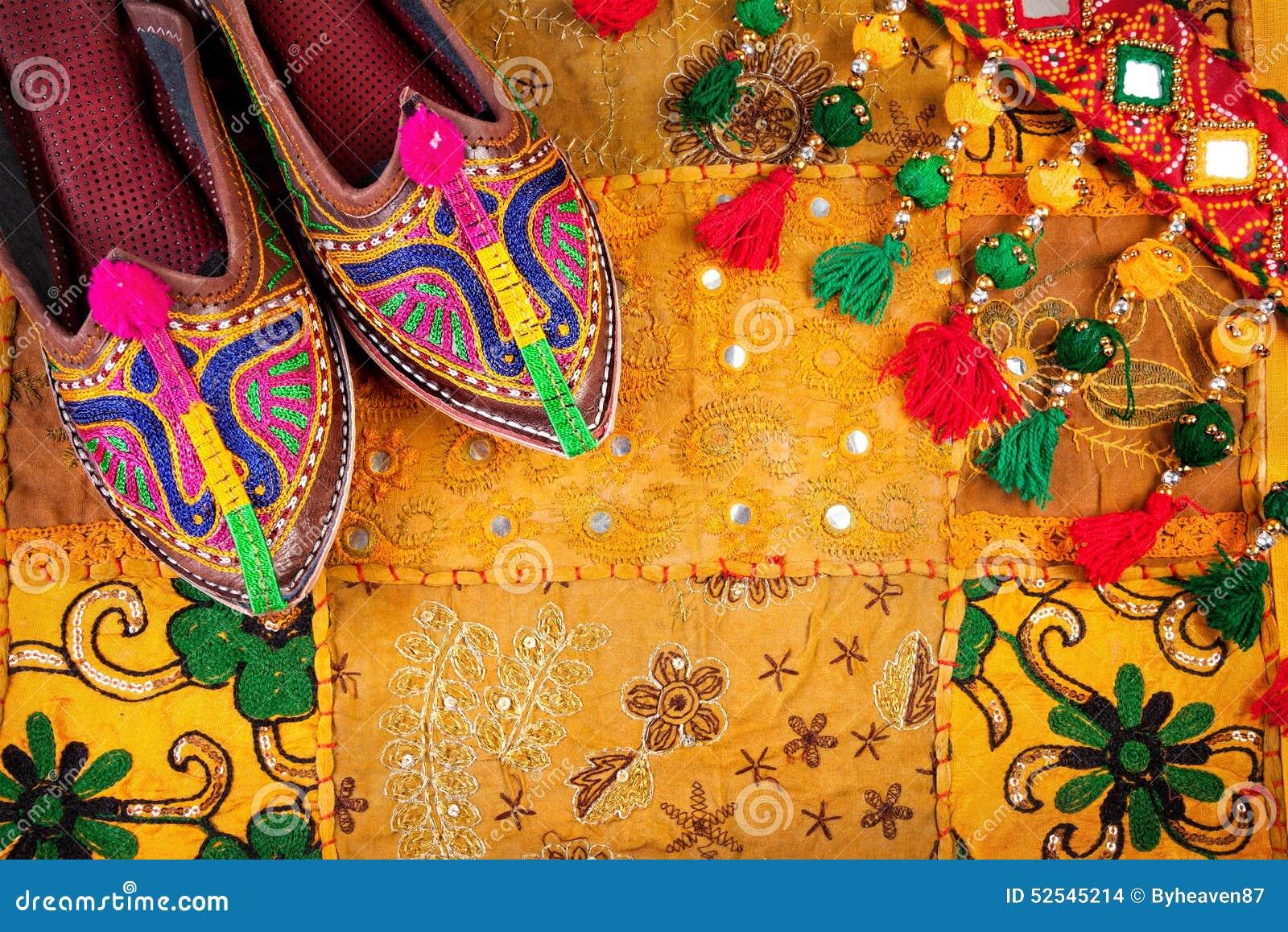 a9ac47d8d403 Τα ζωηρόχρωμες εθνικές παπούτσια και η ζώνη τσιγγάνων στο κίτρινο μαξιλάρι  του Rajasthan καλύπτουν παζαριών στην Ινδία