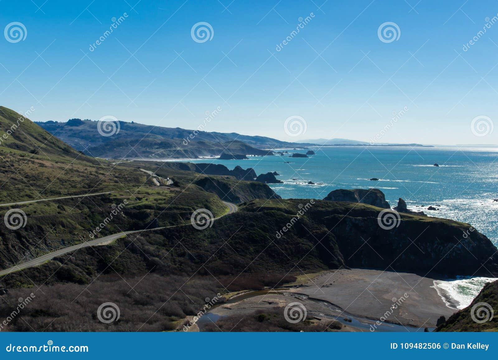 Εθνική οδός ένα που κουρδίζει τη βόρεια παράλια Ειρηνικού