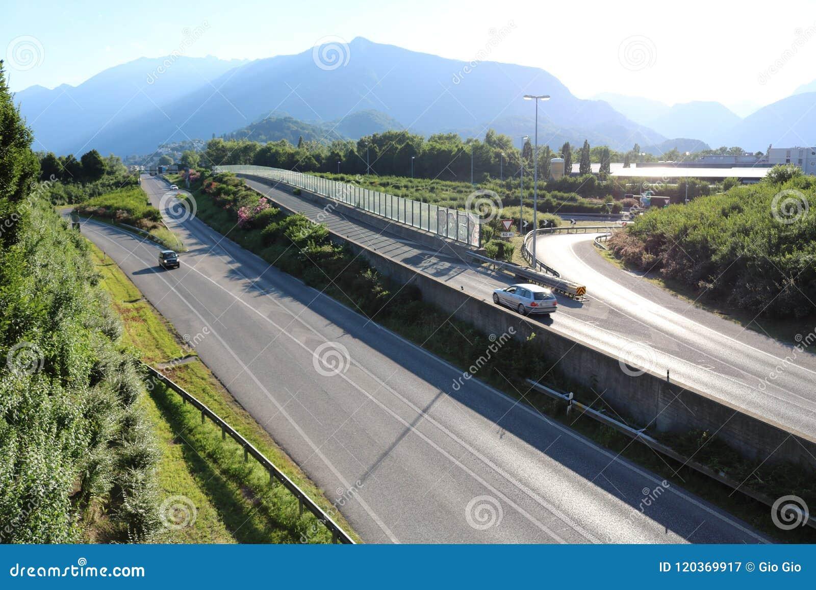Εθνική οδός στην Ελβετία με το βουνό στο υπόβαθρο