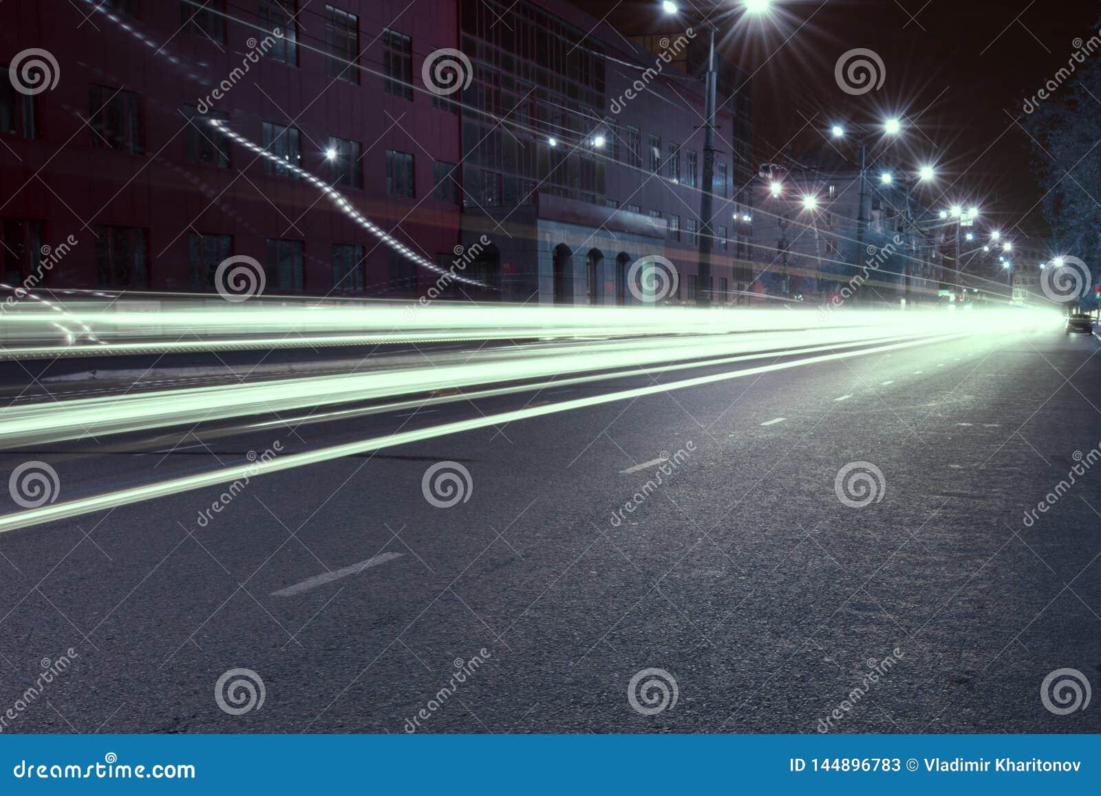Εθνική οδός στην πόλη νύχτας