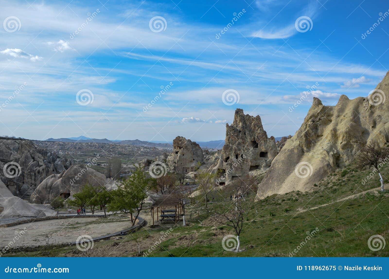 Εθνικοί ηφαιστειακοί βράχοι με τα αρχαία σπίτια σπηλιών σε Goreme/Cappadocia - Τουρκία
