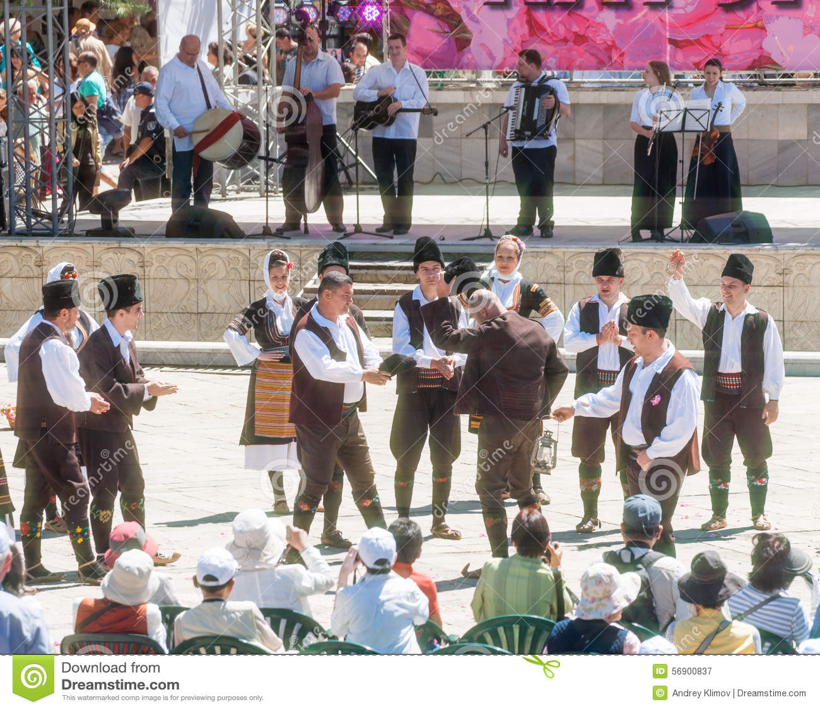 Εθνικός χορός στο φεστιβάλ των τριαντάφυλλων σε Karlovo στη Βουλγαρία