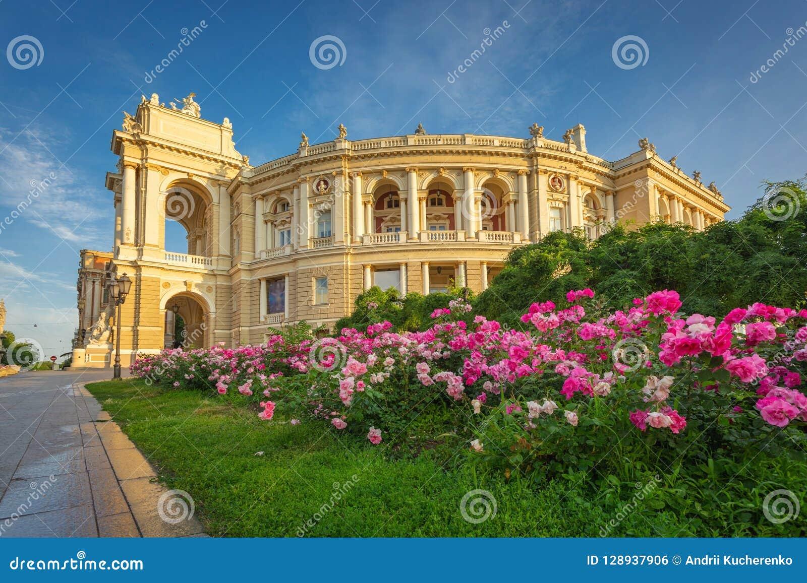 Εθνικό ακαδημαϊκό θέατρο της Οδησσός της δονούμενης εξωτερικής άποψης οπερών και μπαλέτου στο θερμό ήλιο πρωινού