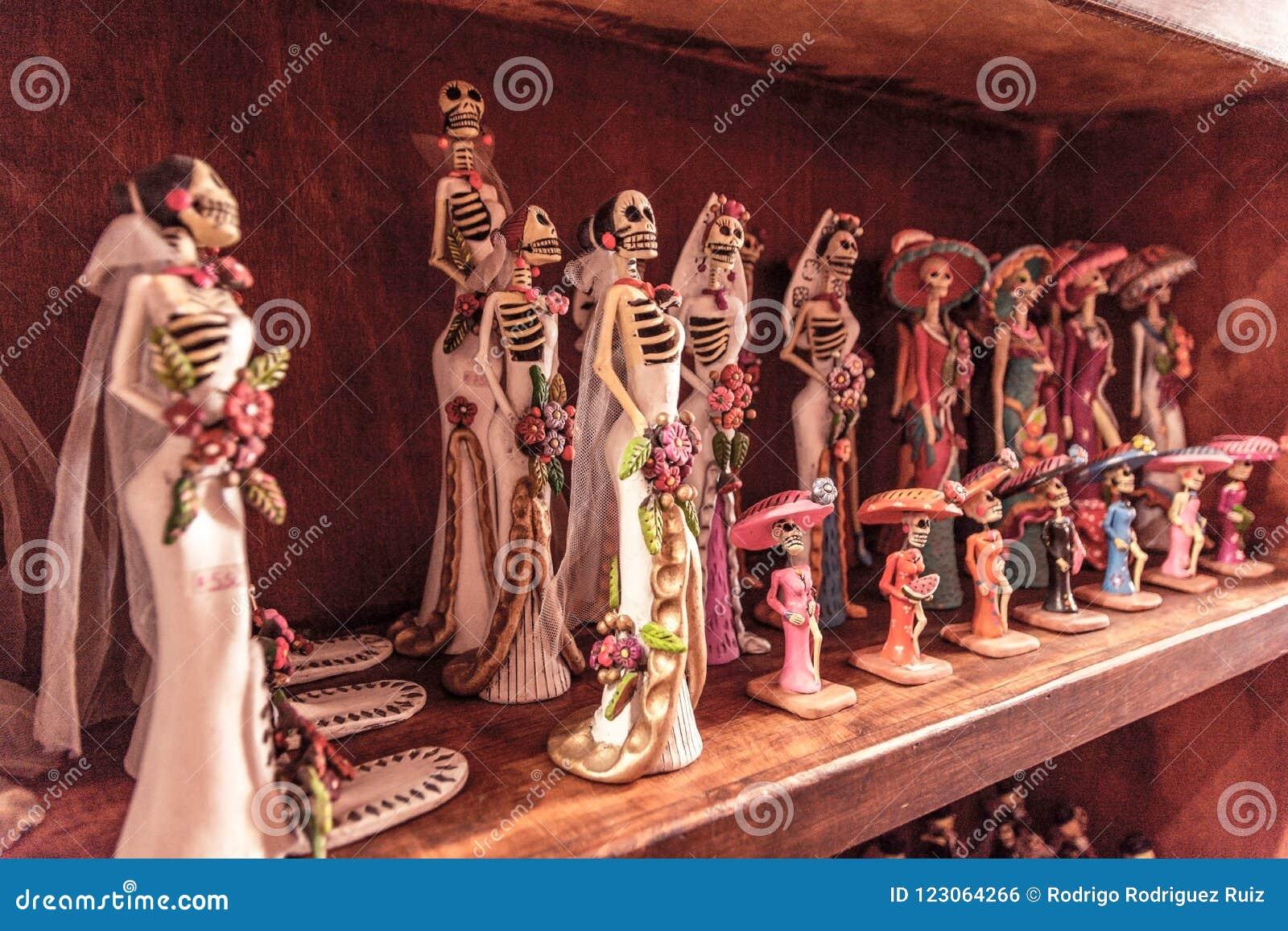 Ειδώλια γαμήλιων νυφών στο ράφι