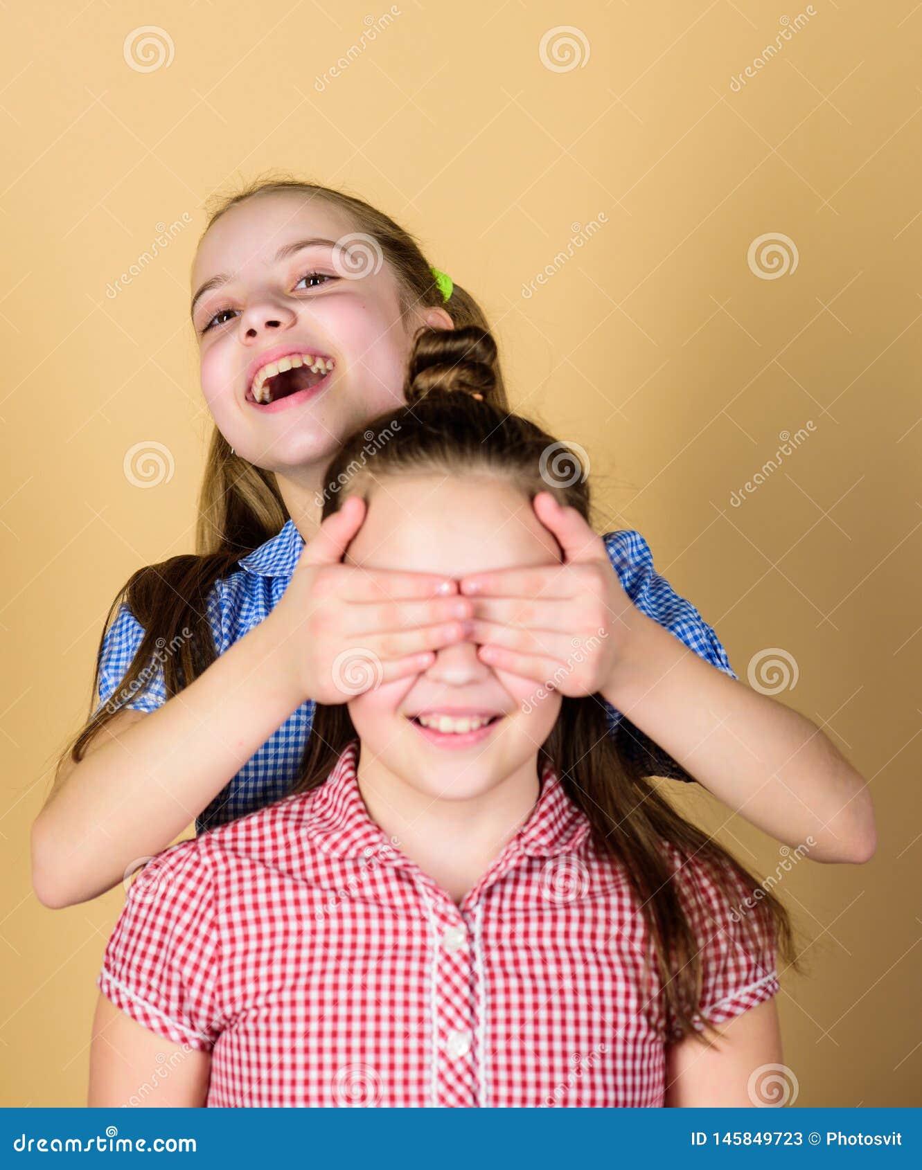 Εικασία που Εύθυμο μικρό κορίτσι που καλύπτει τα μάτια της εύθυμων αδελφής και του χαμόγελού της Χαριτωμένο ευτυχές χαμόγελο παιδ