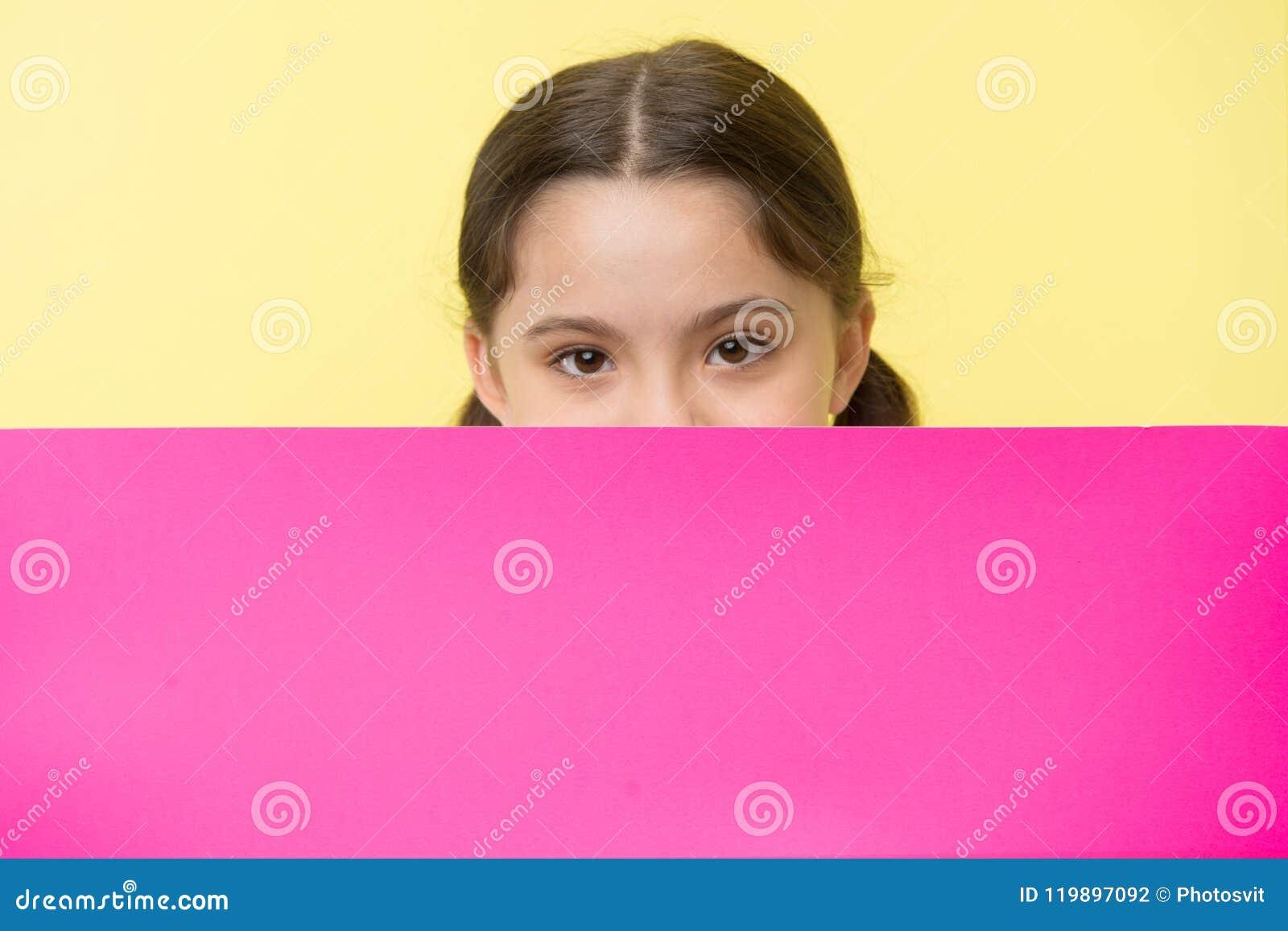 Εικασία τι Κοριτσιών διάστημα αντιγράφων επιφάνειας παιδιών που κρυφοκοιτάζουν έξω ρόδινο κενό Έννοια διαφημίσεων Χαριτωμένο κοίτ