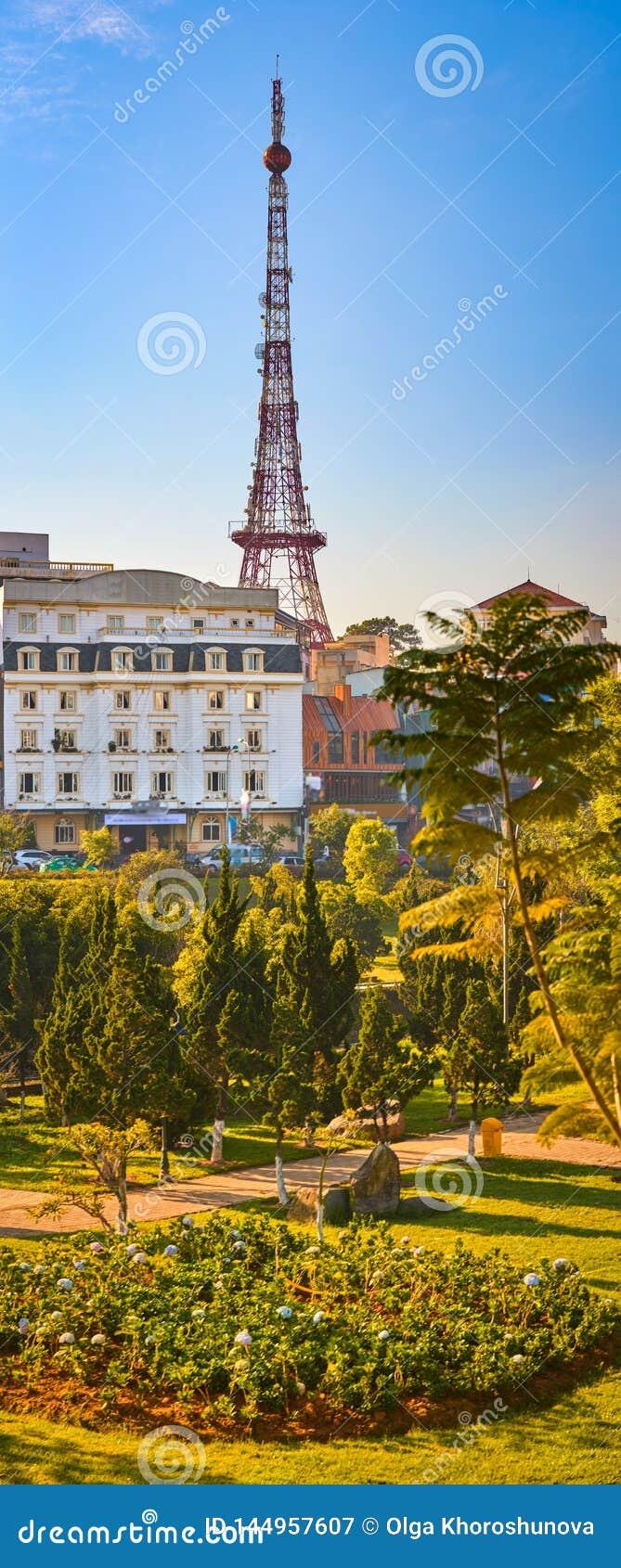 Εικονική παράσταση πόλης του Παρισιού DA Lat του Βιετνάμ λίγη Όμορφη άποψη Dalat, Βιετνάμ Κάθετο πανόραμα