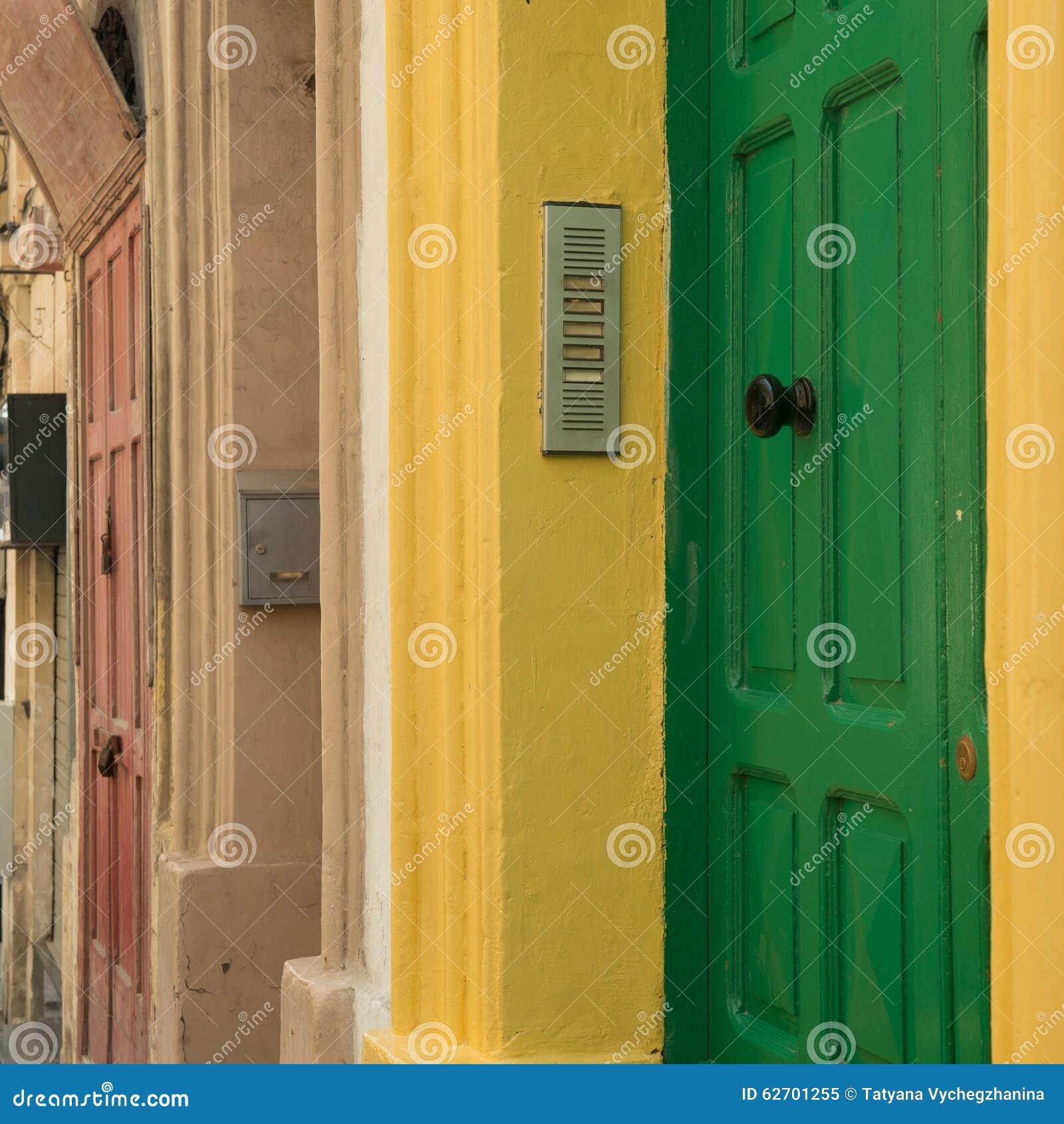 Εικονική παράσταση πόλης με τις ζωηρόχρωμες πόρτες σε Valletta