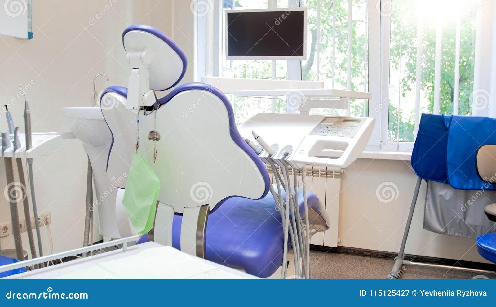 Εικόνα κινηματογραφήσεων σε πρώτο πλάνο της κενών καρέκλας και του ιατρικού εξοπλισμού οδοντιάτρων στη σύγχρονη κλινική