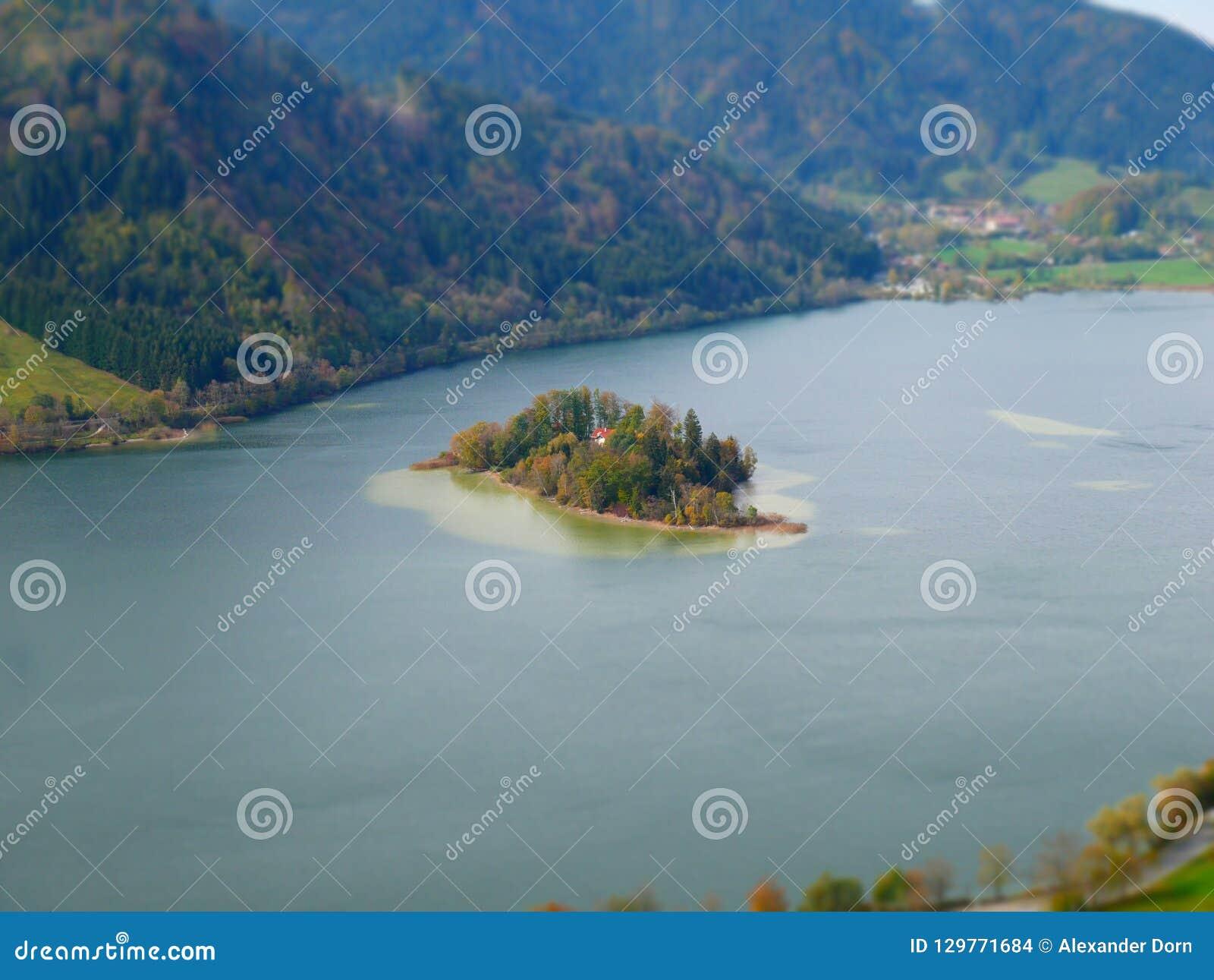 Εικόνα μετατόπισης κλίσης του νησιού στη λίμνη