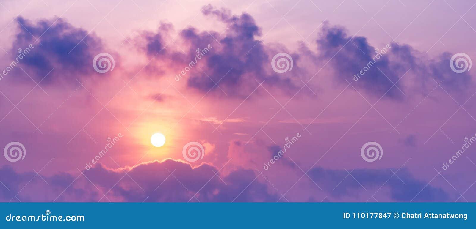 Εικόνα πανοράματος του ήλιου στον ουρανό και του σύννεφου στο χρονικό πορφυρό τόνο λυκόφατος