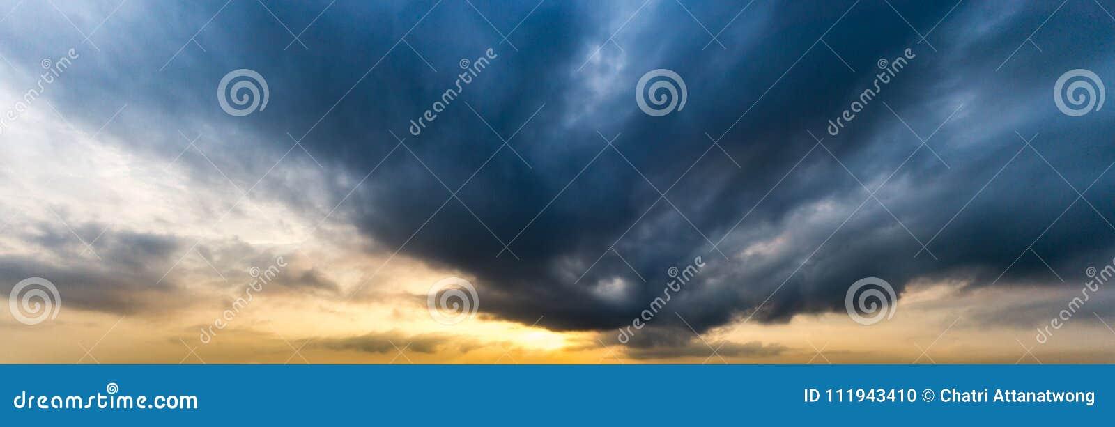 Εικόνα πανοράματος του σύννεφου strom στον ουρανό στο πρωί