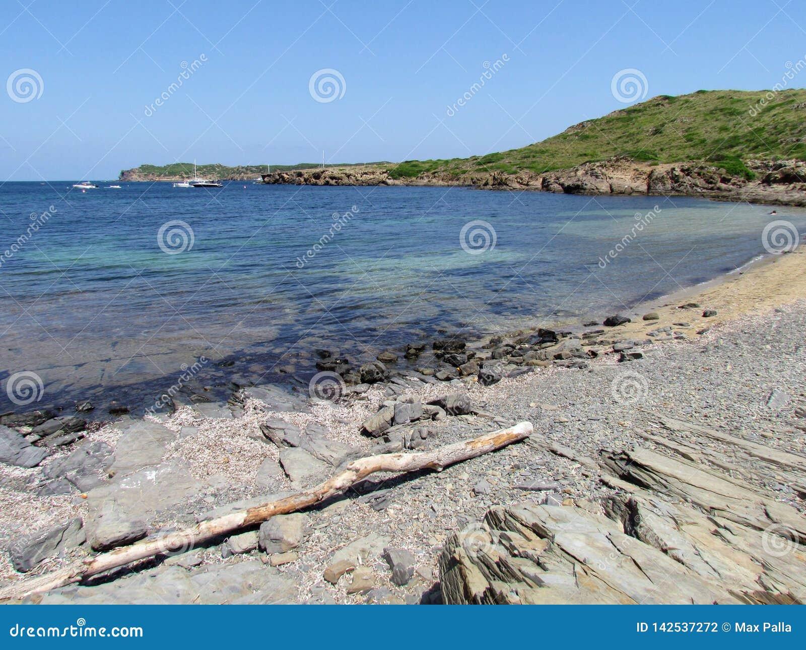 Εικόνα της ακτής του νησιού Baeutiful Menorca στην Ισπανία Ένας φυσικός παράδεισος