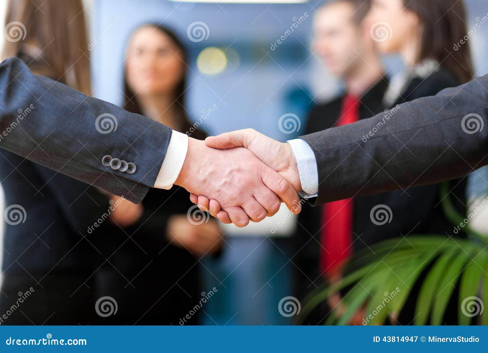 Εικόνα της χειραψίας συνέταιρων στην υπογραφή της σύμβασης