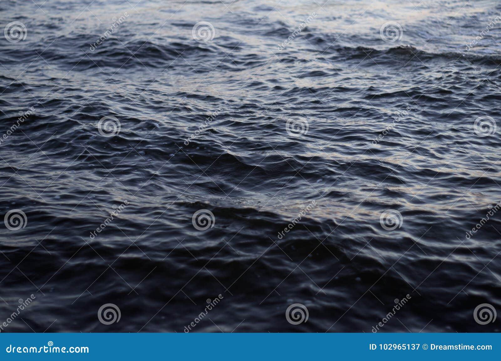 Εικόνα υποβάθρου της επιφάνειας νερού του νερού της θάλασσας με τα μικρά κύματα