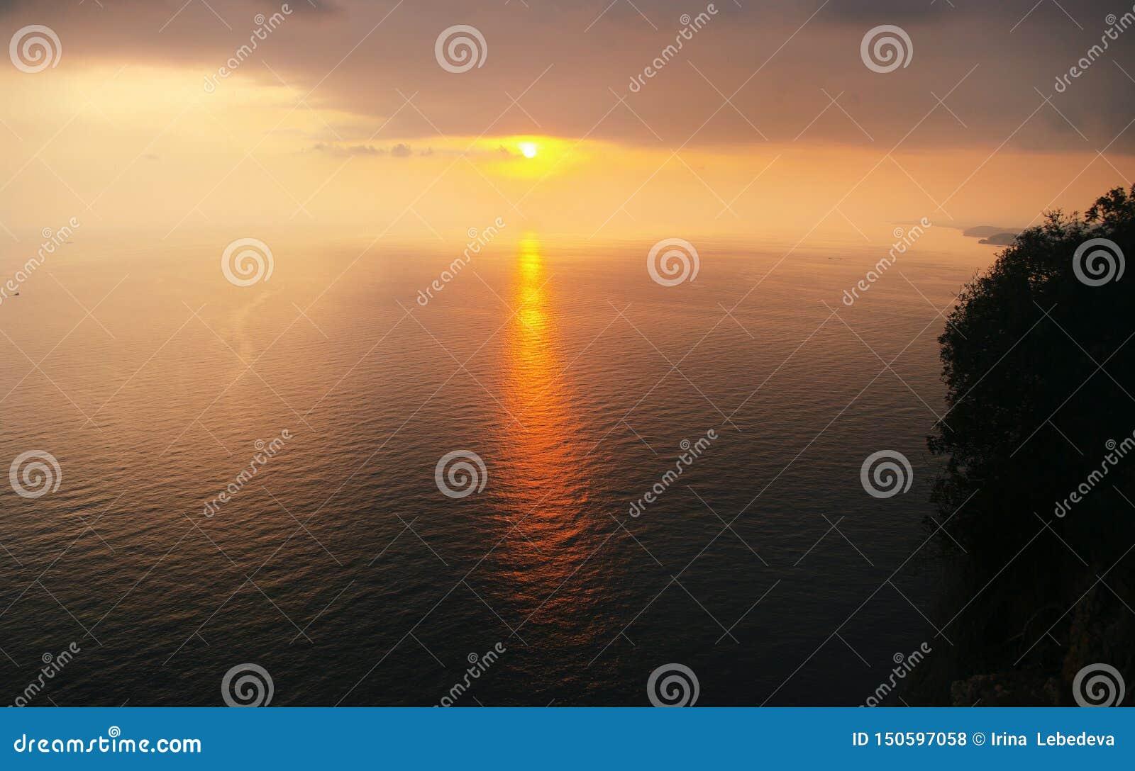 Ειρηνική άποψη του ηλιοβασιλέματος και η πορεία ήλιων από τις ακτίνες του ήλιου ρύθμισης