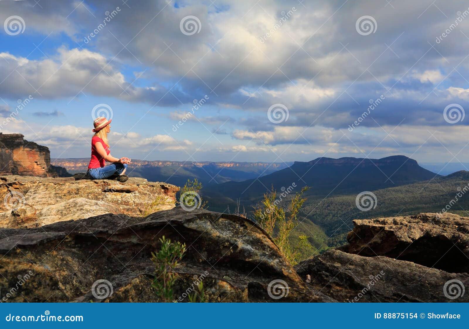 Ειρηνική γιόγκα γυναικών στην κορυφή βουνών