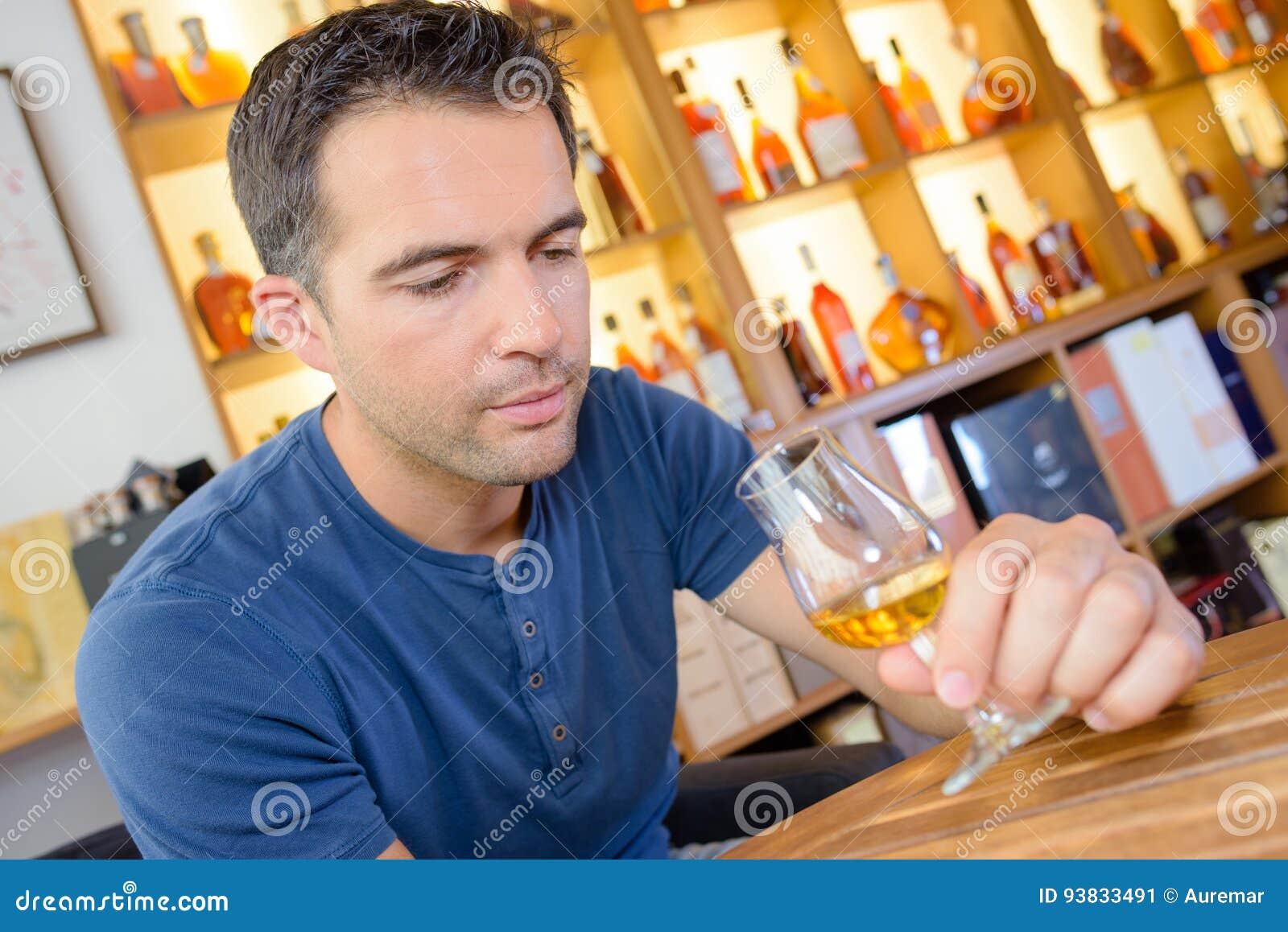 Ειδικός ερασιτέχνης που δοκιμάζει το μεγάλο εκλεκτής ποιότητας γλυκό κρασί
