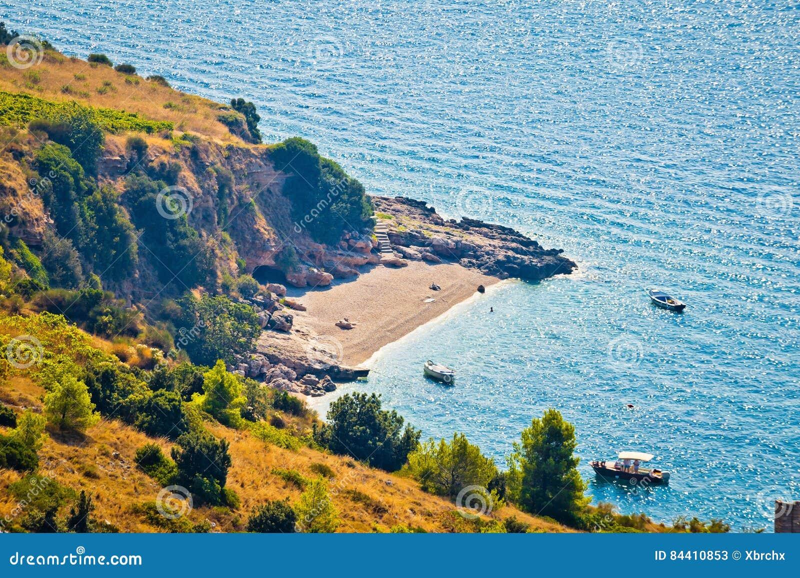 Ειδυλλιακή μυστική παραλία στο νησί Brac