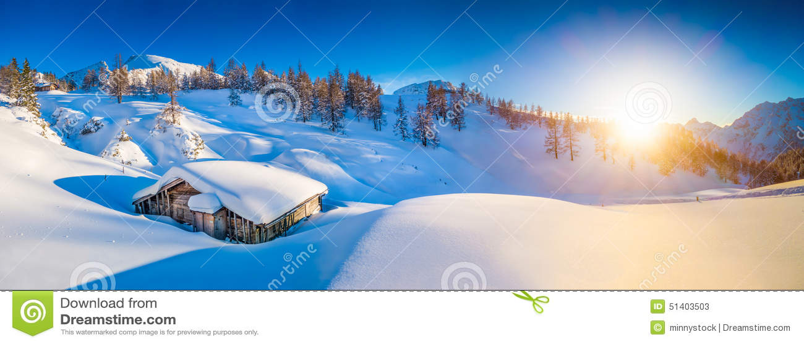 Ειδυλλιακό τοπίο χειμερινών βουνών στις Άλπεις στο ηλιοβασίλεμα