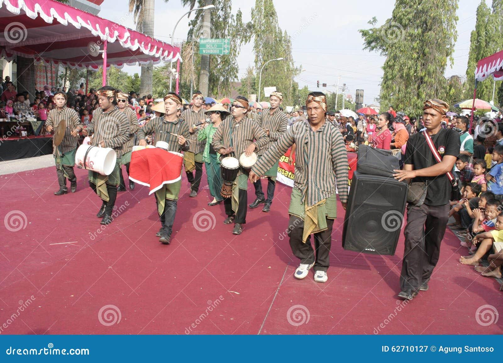 Εκατοντάδες των αγροτών χορευτών που οργανώνονται σε Sukoharjo