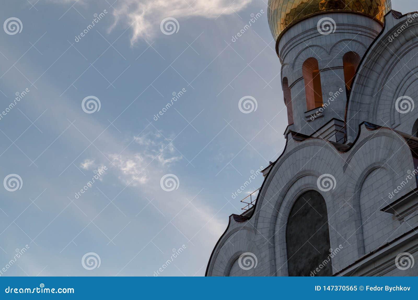 Εκκλησία σε ένα υπόβαθρο του ουρανού και των σύννεφων