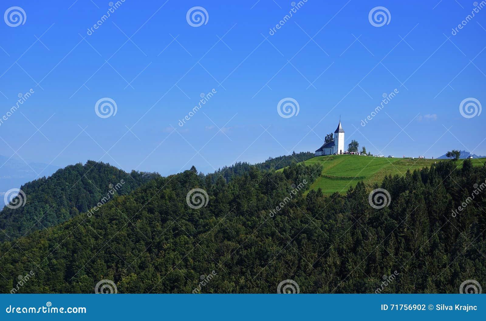 Εκκλησία του ST Primoz κοντά σε Jamnik με τις Άλπεις, Σλοβενία, Ευρώπη