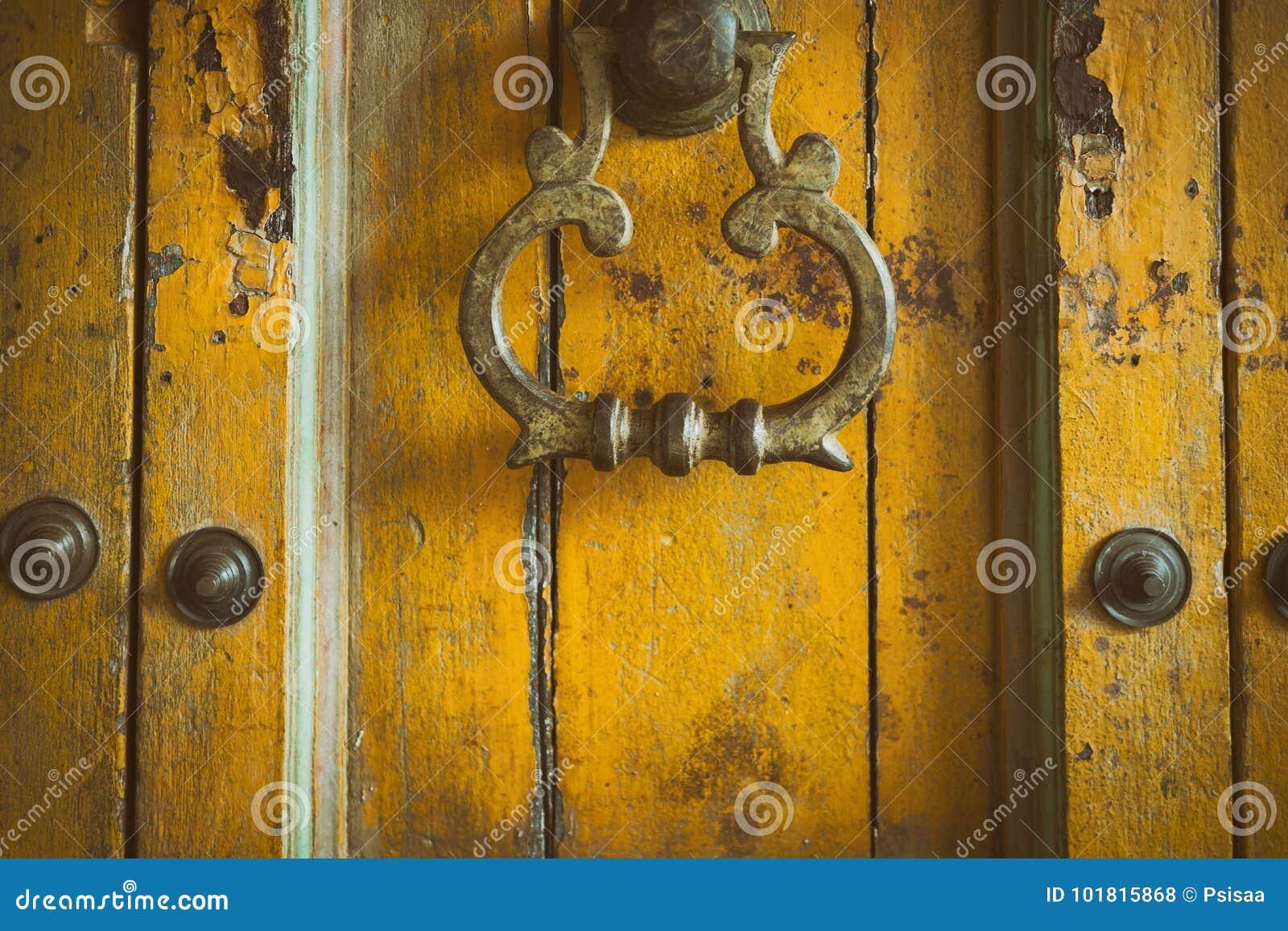 εκλεκτής ποιότητας αναδρομική κίτρινη ξύλινη πόρτα ύφους doorknob ορείχαλκου παλαιό Abstra