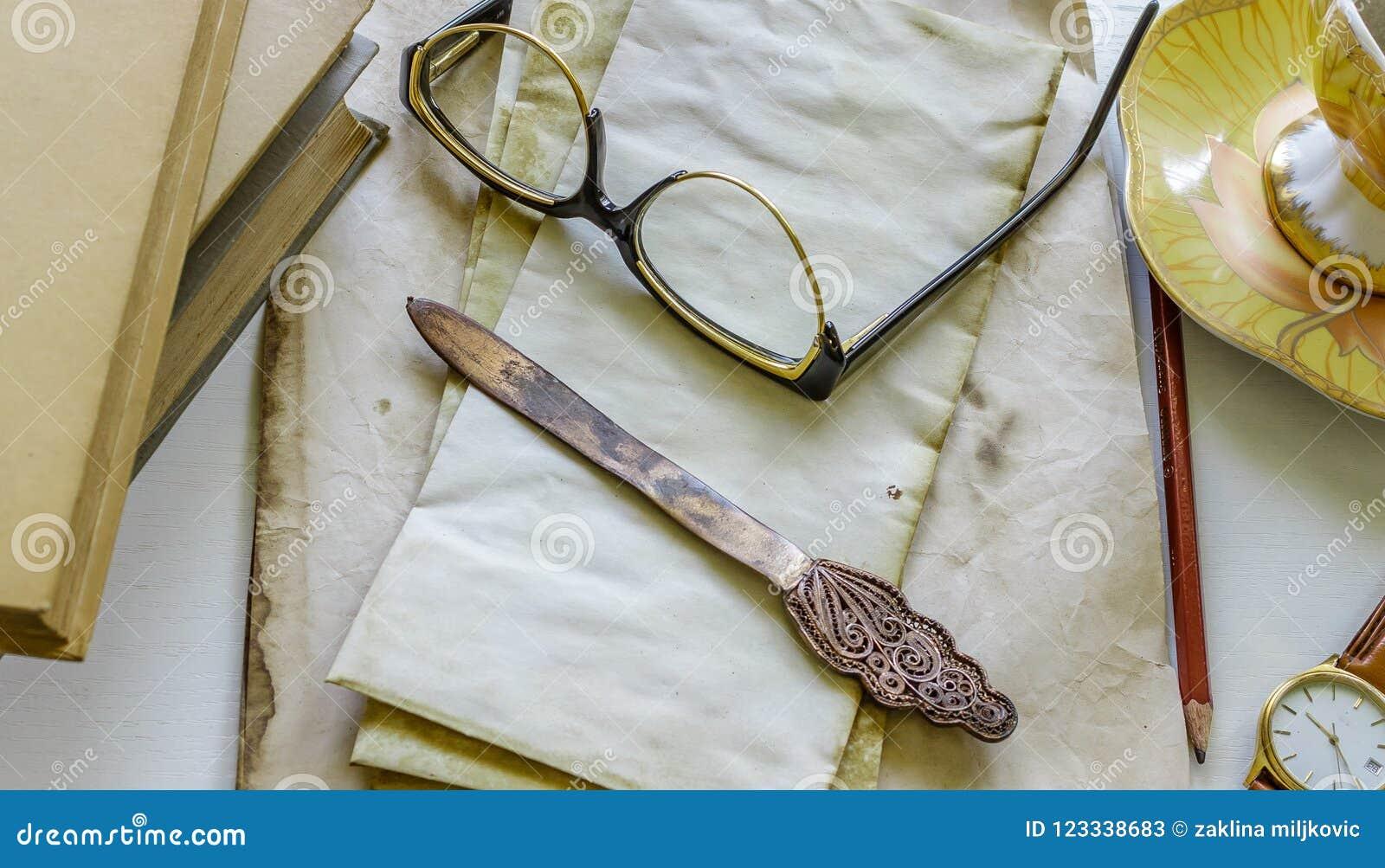 Εκλεκτής ποιότητας βιβλία επιστολών, επιστολές, γυαλιά και wristwatch