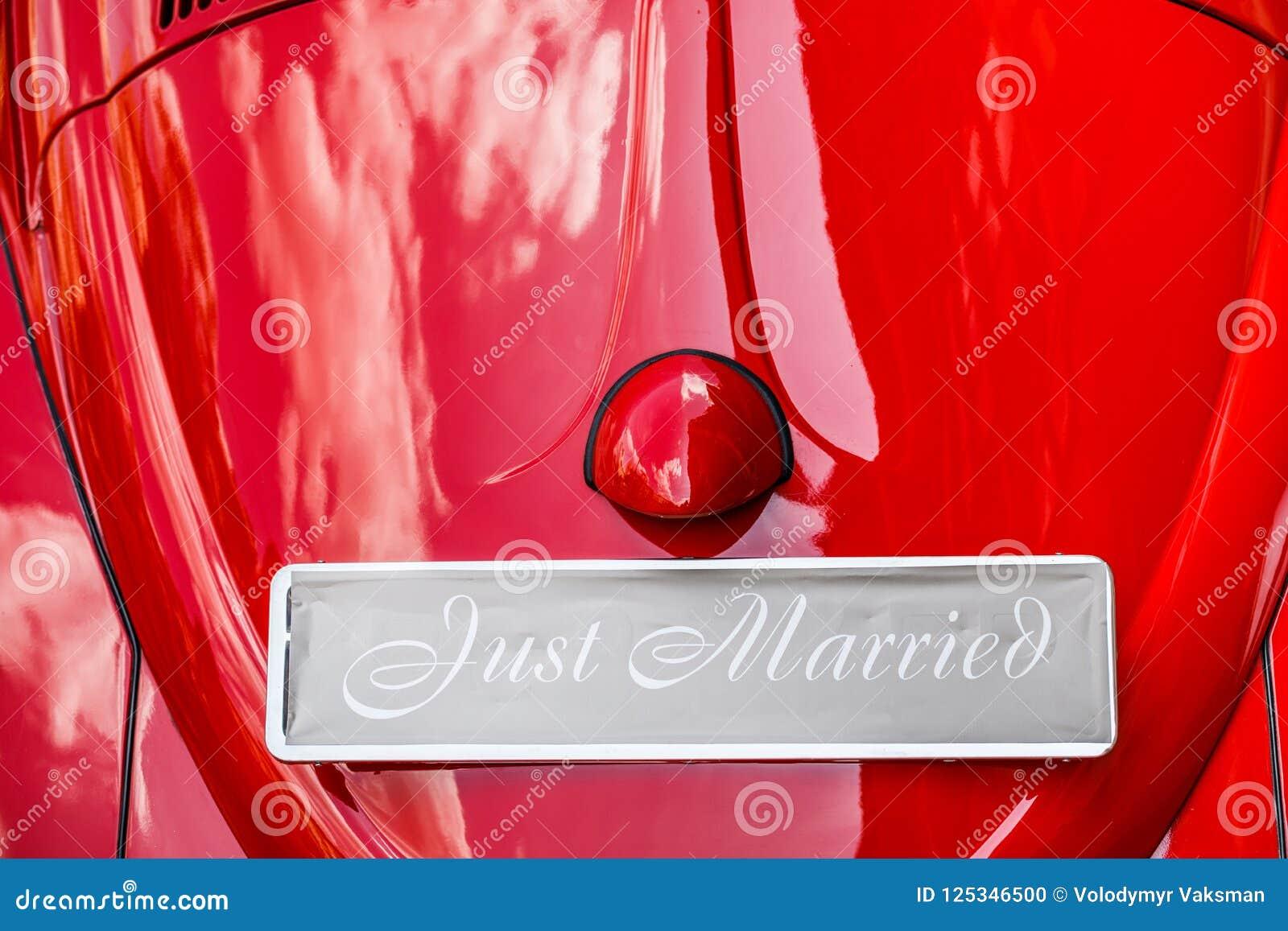 Εκλεκτής ποιότητας γαμήλιο αυτοκίνητο με ακριβώς το παντρεμένο σημάδι και δοχεία συνημμένα
