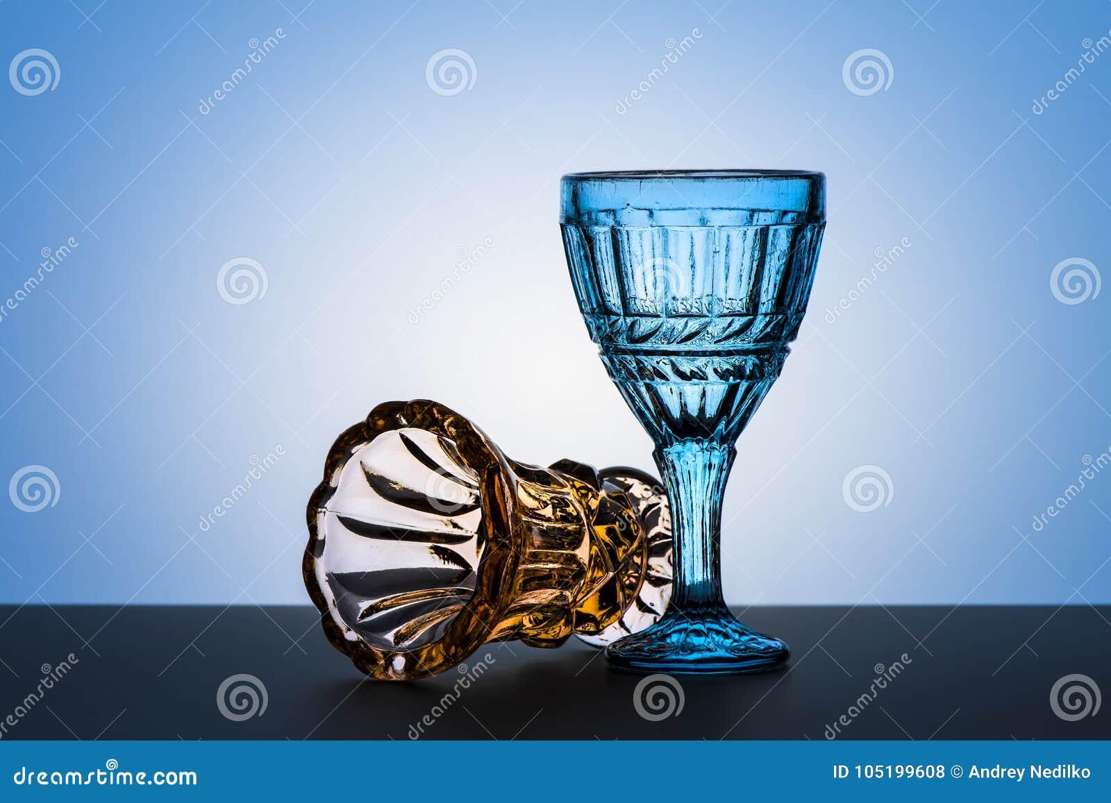 Εκλεκτής ποιότητας γυαλιά για τα οινοπνευματώδη ποτά στενό απομονωμένο λευκό δοντιών στούντιο φωτογραφίας βουρτσών ανασκόπησης επ