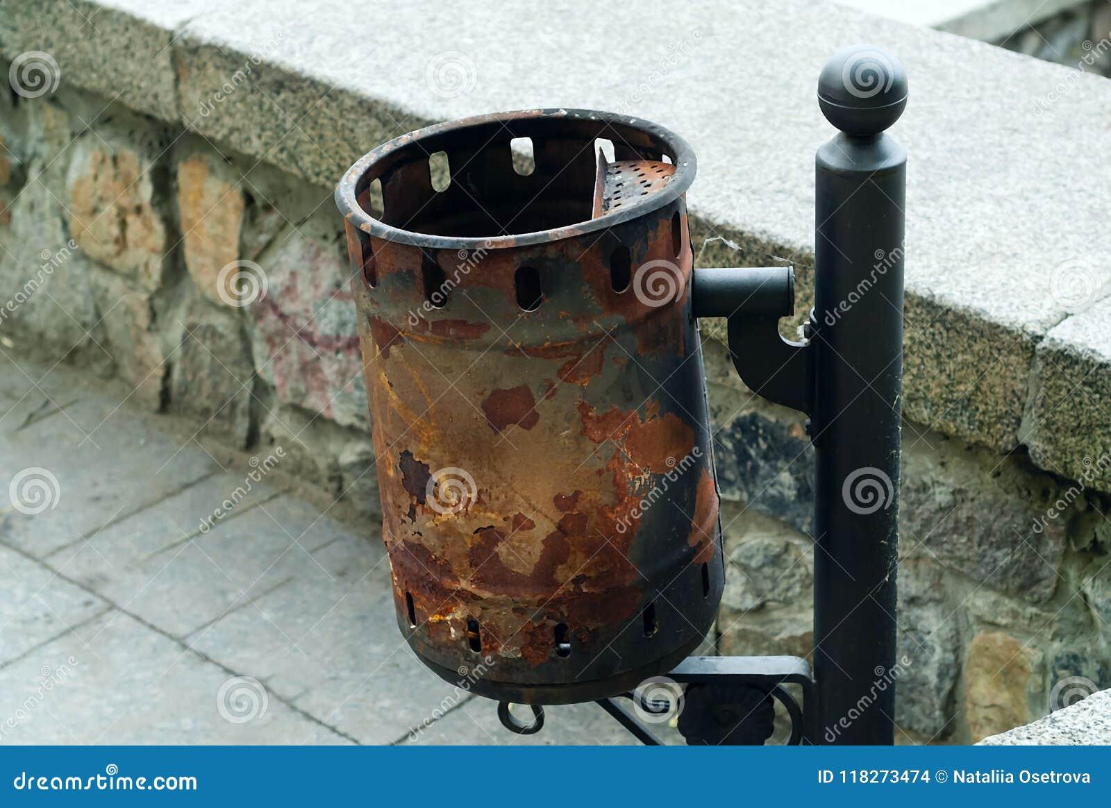 Εκλεκτής ποιότητας δοχείο απορριμμάτων σιδήρου, έννοια των αυθεντικών αντικειμένων