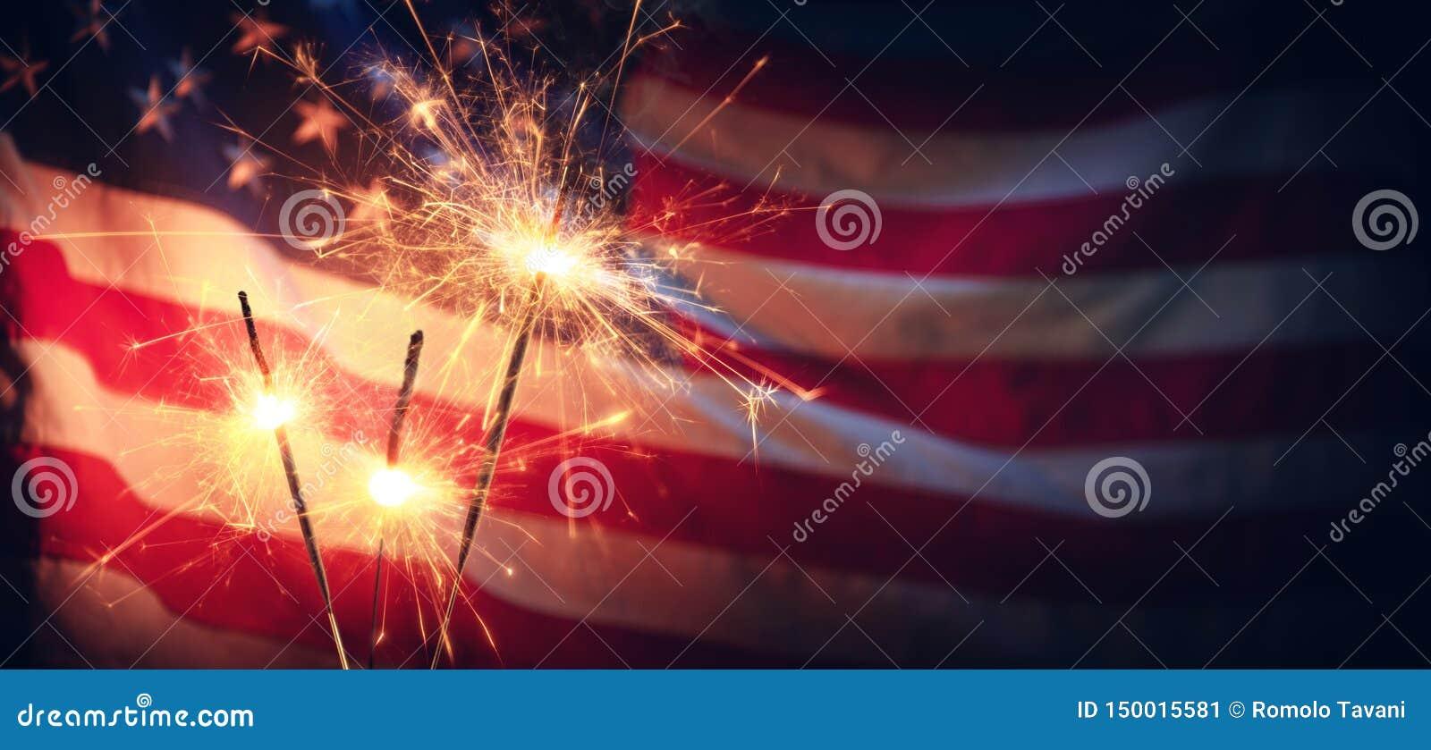 Εκλεκτής ποιότητας εορτασμός με τη αμερικανική σημαία Sparklers και Defocused
