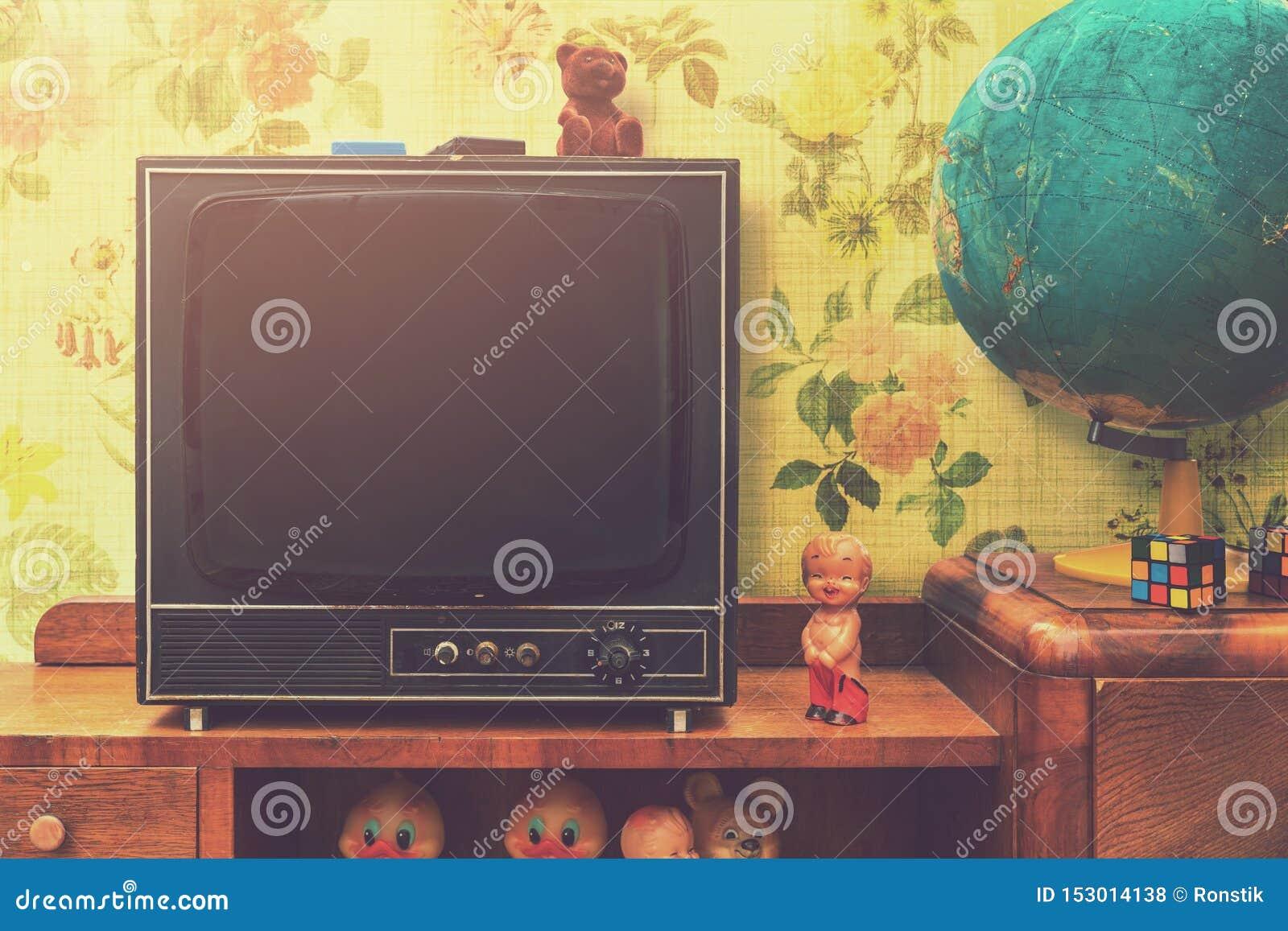 Εκλεκτής ποιότητας εσωτερικό δωματίων με την αναδρομικές TV και τη σφαίρα στην τηλεοπτική στάση