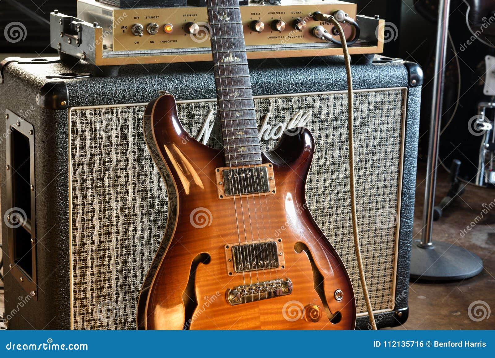 Εκλεκτής ποιότητας ημι ηλεκτρική κιθάρα Hollowbody με Amp σωλήνων τη φωτογραφία αποθεμάτων