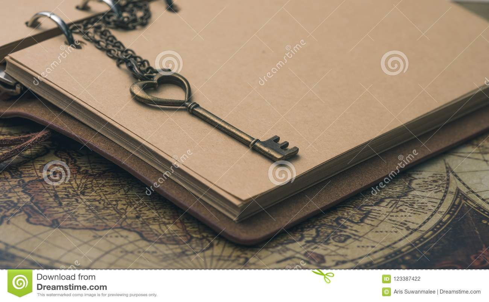 Εκλεκτής ποιότητας κλειδί στο καφετί βιβλίο