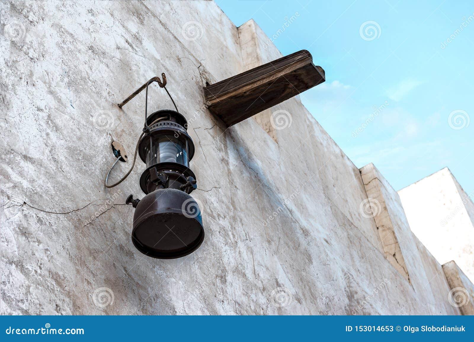 Εκλεκτής ποιότητας λαμπτήρας κηροζίνης στον άσπρο τοίχο