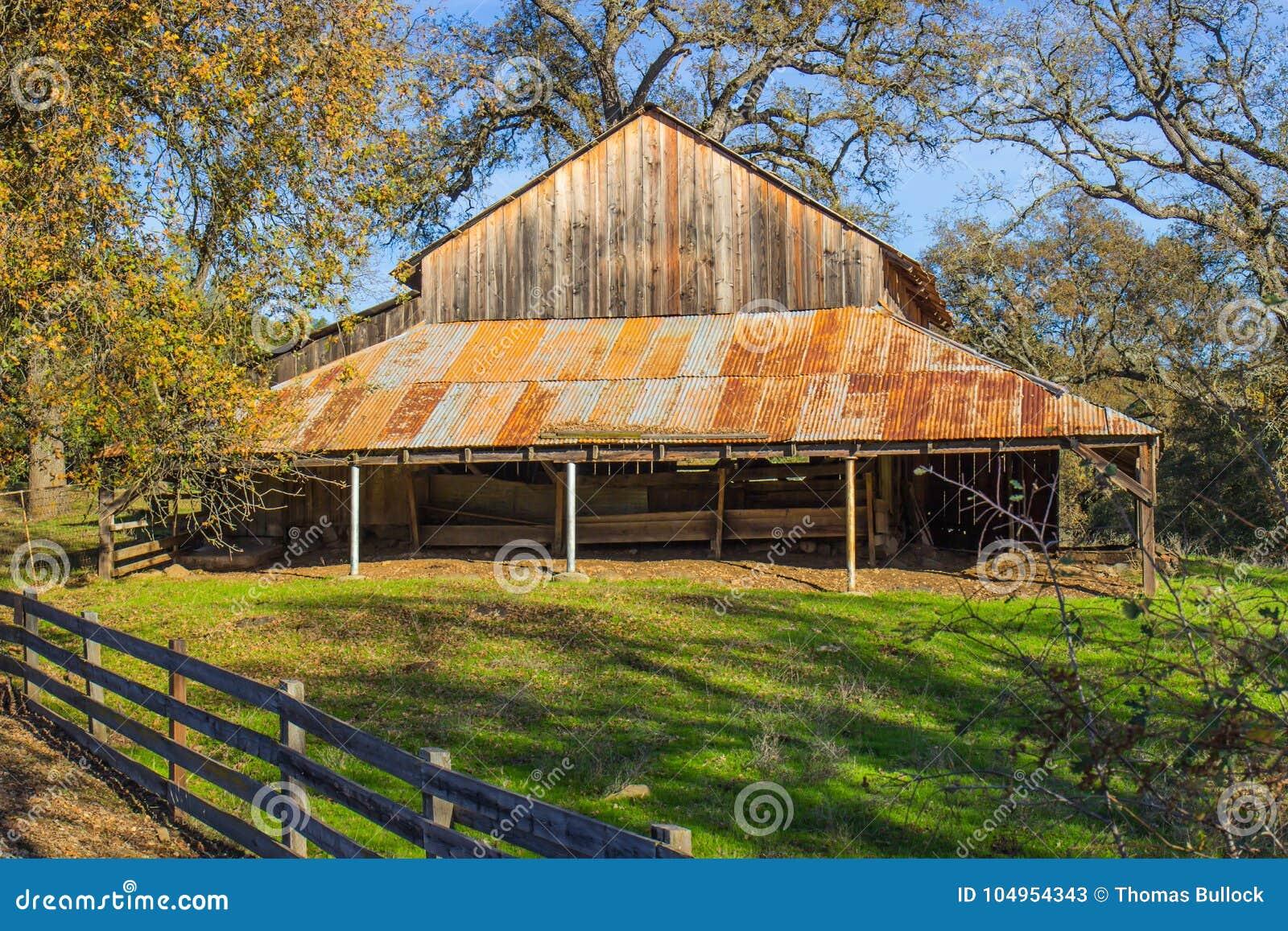 Εκλεκτής ποιότητας ξύλινη σιταποθήκη με τη σκουριασμένη στέγη κασσίτερου
