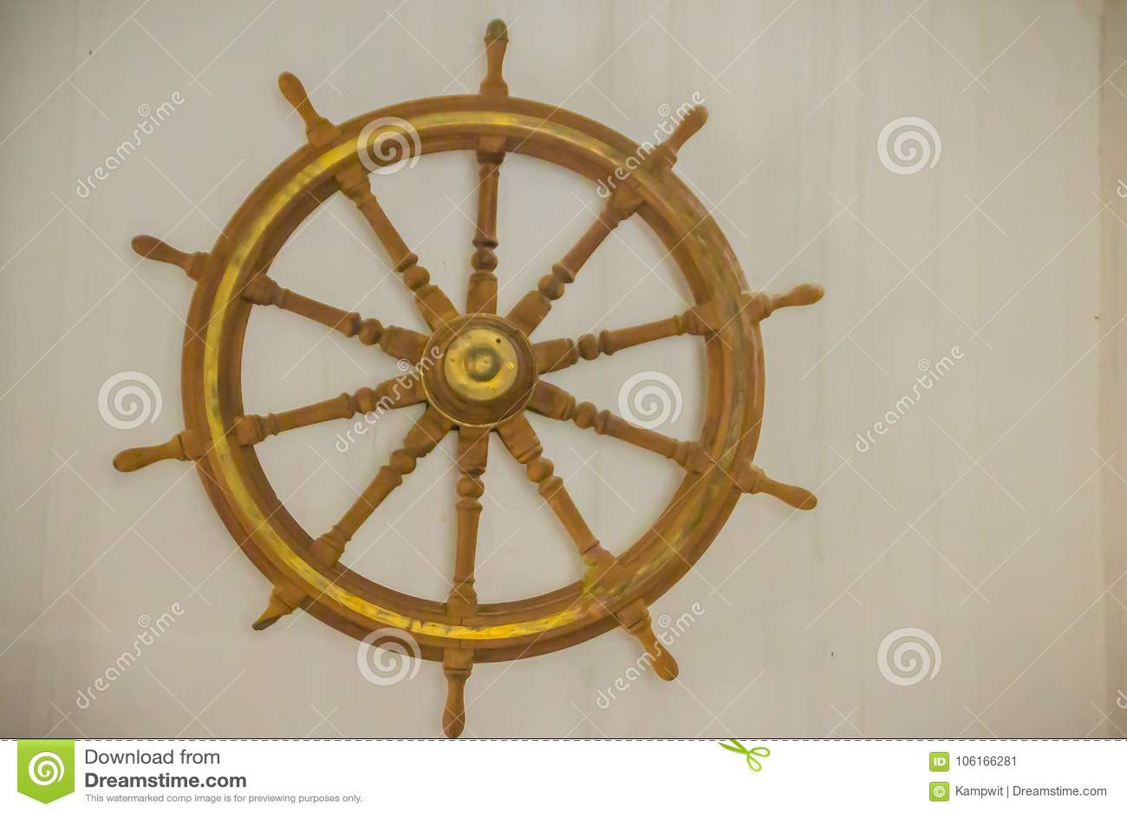 Εκλεκτής ποιότητας παλαιό ξύλινο τιμόνι σκαφών στο δημόσιο ναυτικό museu