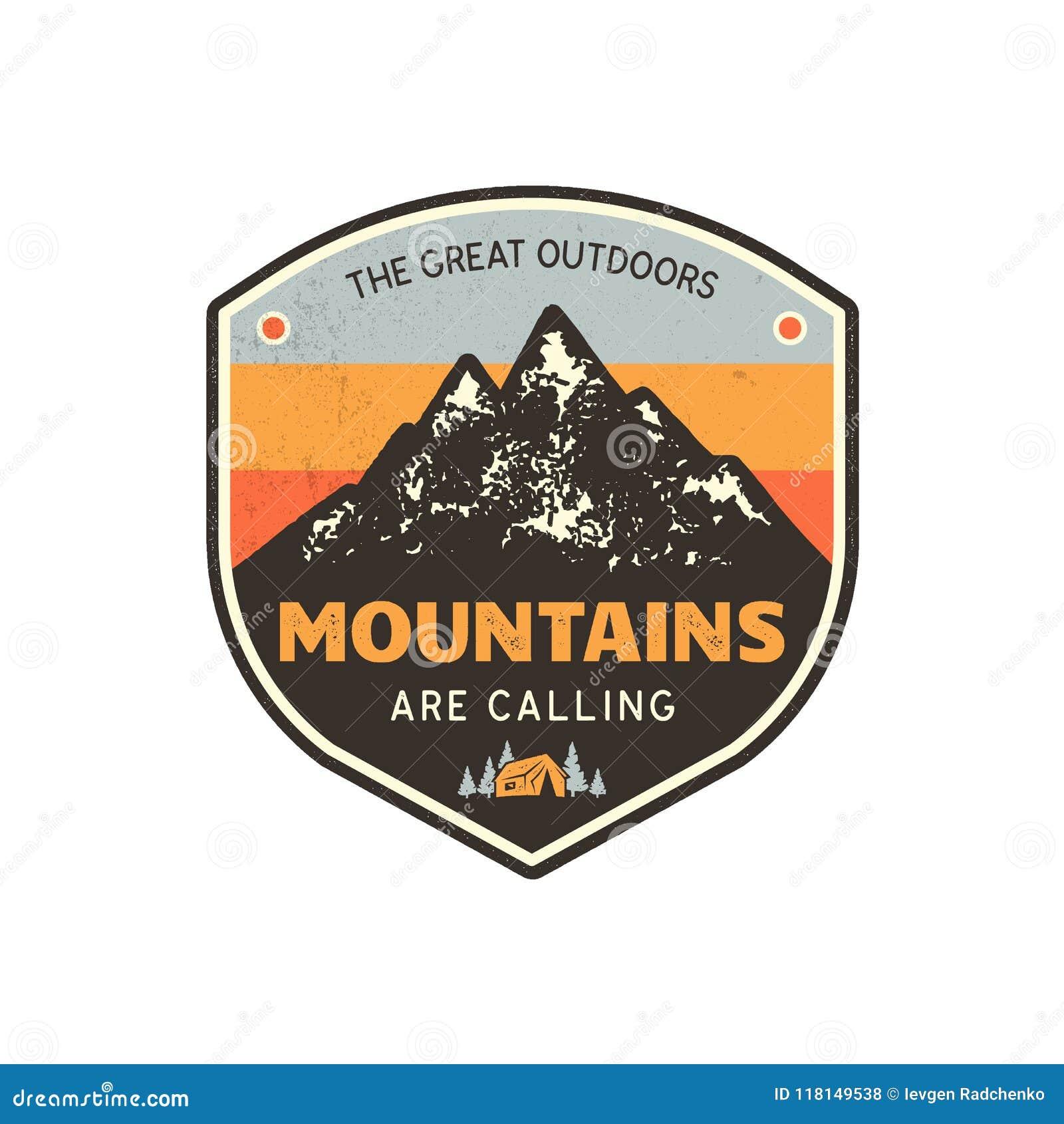 Εκλεκτής ποιότητας συρμένο χέρι έμβλημα βουνών Το μεγάλο υπαίθριο μπάλωμα Τα βουνά καλούν το απόσπασμα σημαδιών Αναδρομικά χρώματ