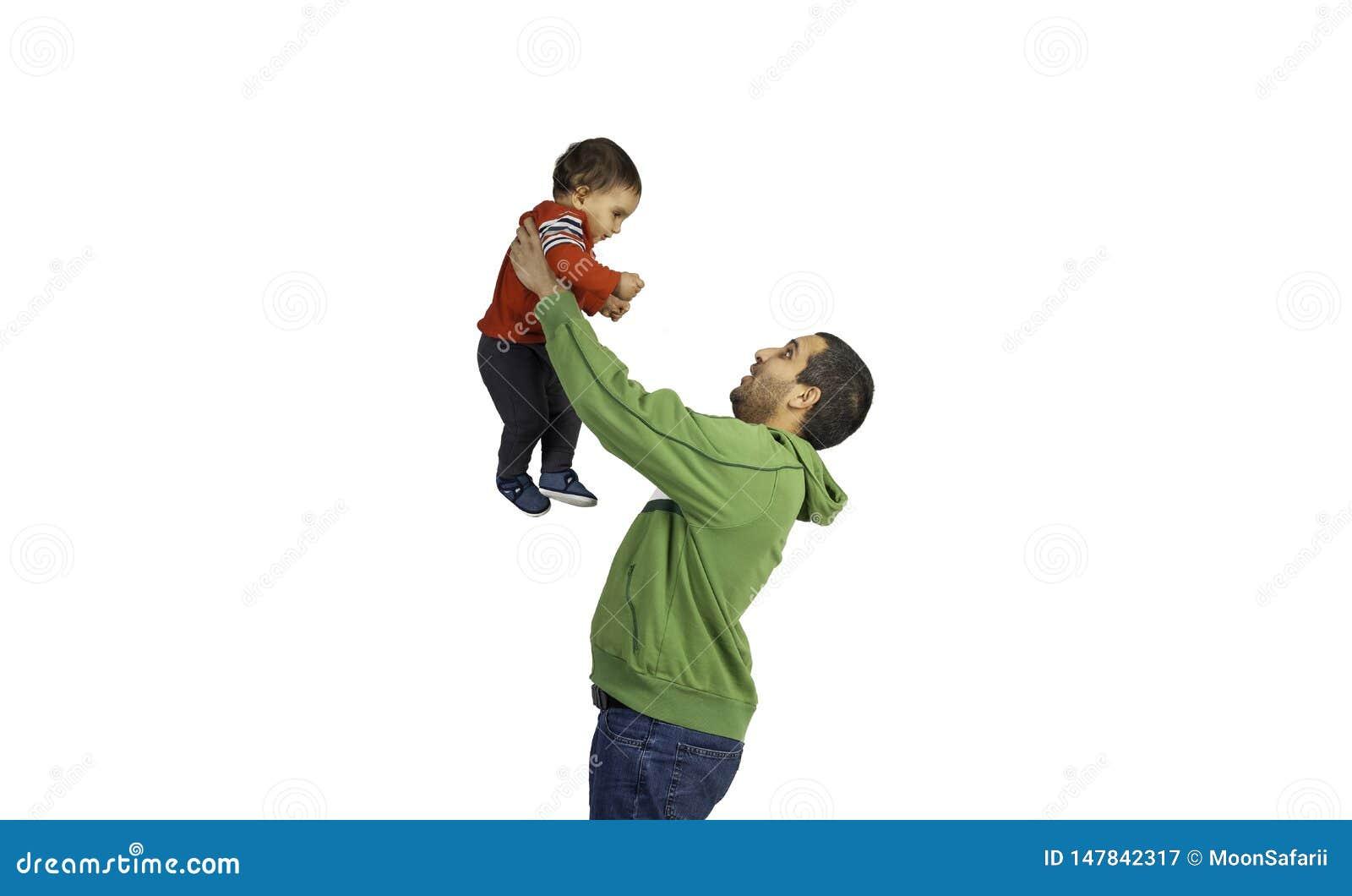 Εκμετάλλευση πατέρων και ανύψωση επάνω του χαριτωμένου μωρού του