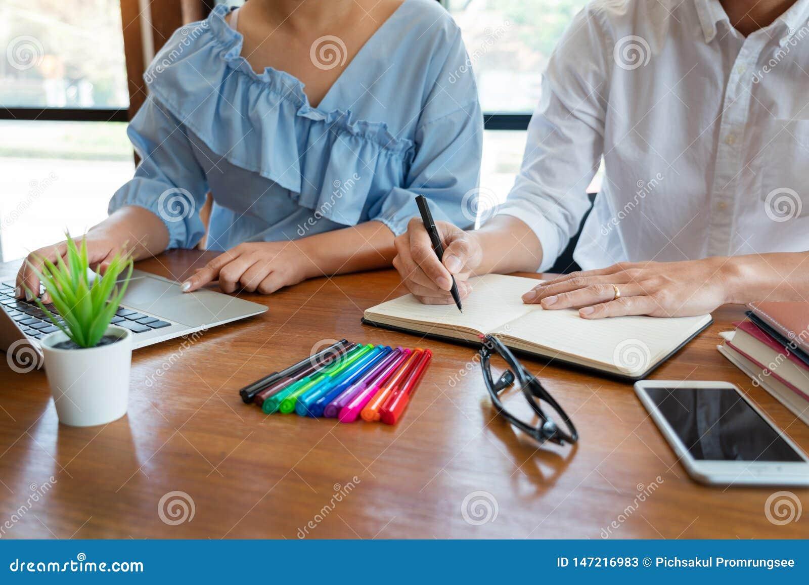 εκπαίδευση και σχολική έννοια, πανεπιστημιούπολη σπουδαστών ή συμμαθητές που μαθαίνουν τον προφθάνοντας φίλο παράδοσης ιδιαίτερων