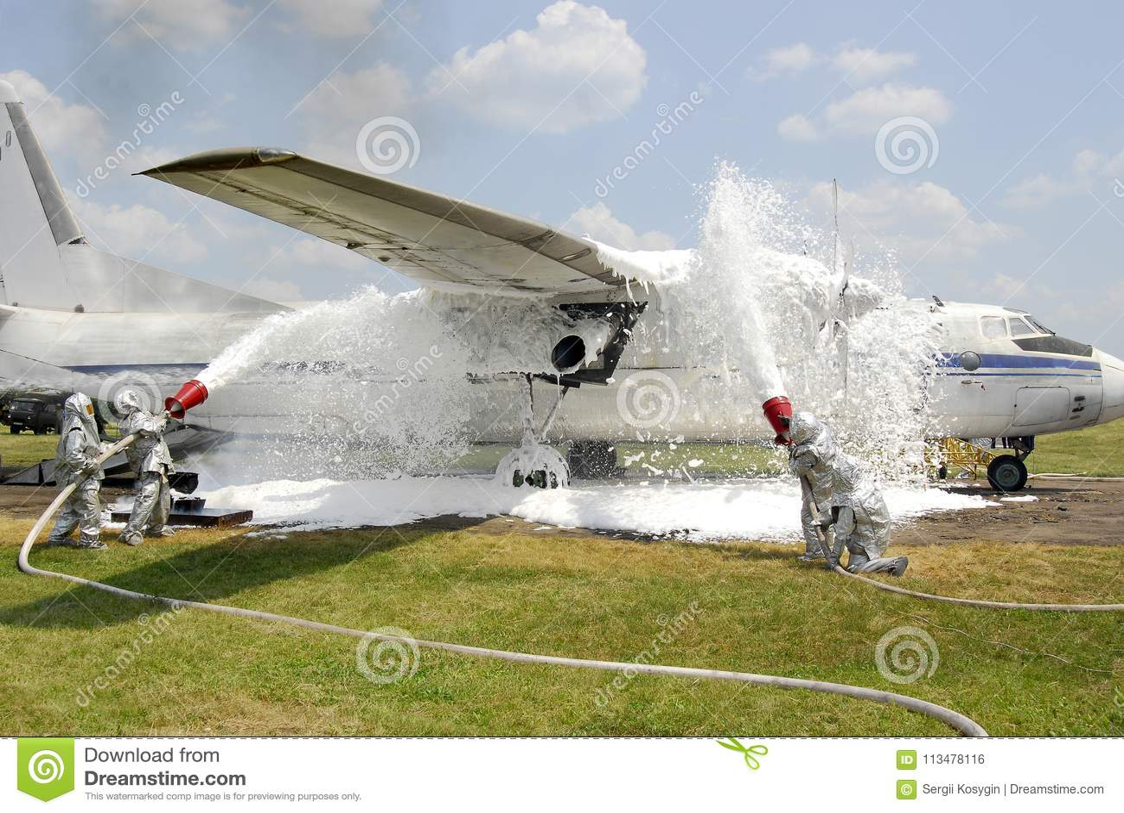 Εκπαιδευτικοί πυροσβέστες στην απόσβεση αεροσκαφών