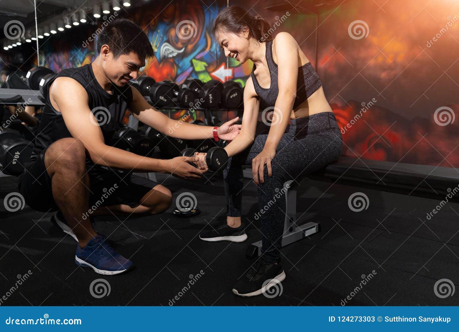 Εκπαιδευτικός ικανότητας που ασκεί με τον πελάτη του στη γυμναστική, προσωπικός εκπαιδευτής που βοηθά την εργασία γυναικών με του